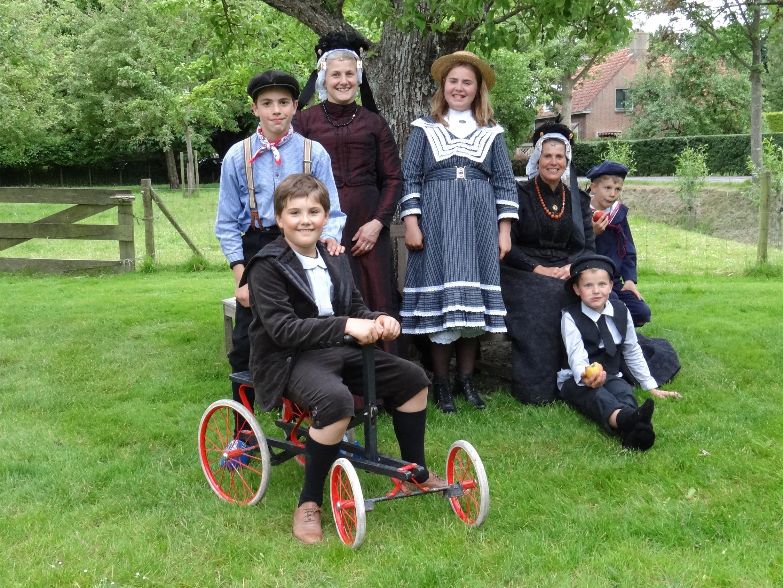 Onderweg ontmoeten de wandelaars dames, heren en kinderen in West-Fries kostuum. (Foto: Jan Smit)