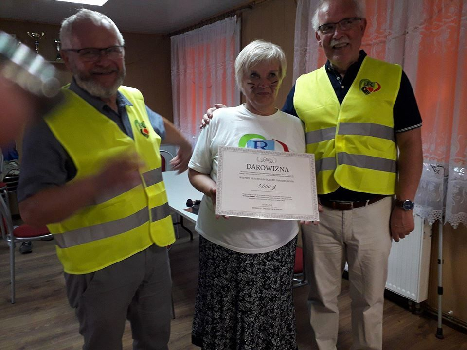 De gift werd overhandigd aan voorzitter Eleonora Borkowska (midden). Links Tomasz Ziólek (oud-voorzitter van Wronki-Beverwijk) en Wim Spruit (Foto Jadwiga Garczyk)