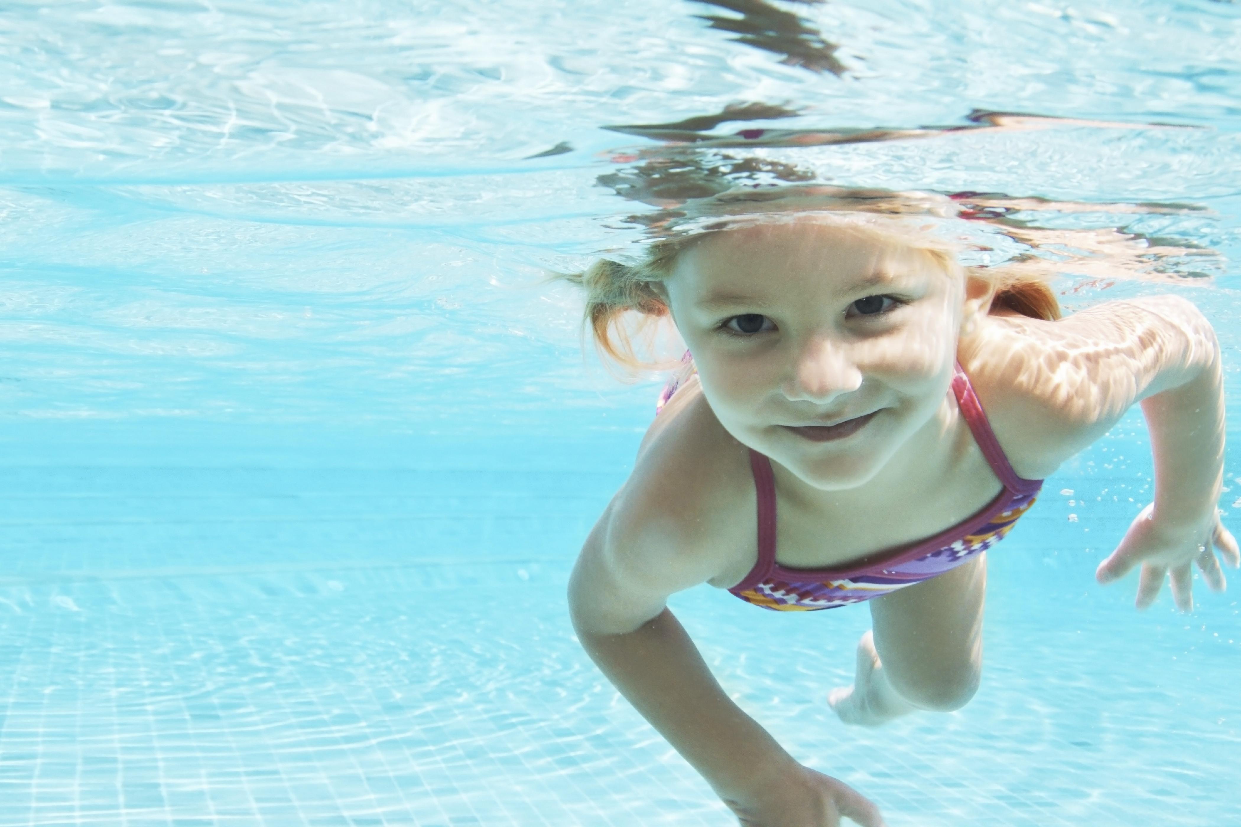 Met de zomerzwemlessen biedt Zwemschool De Beeck Bergen een unieke kans om kinderen een extra zwemboost te geven. (Foto: aangeleverd)