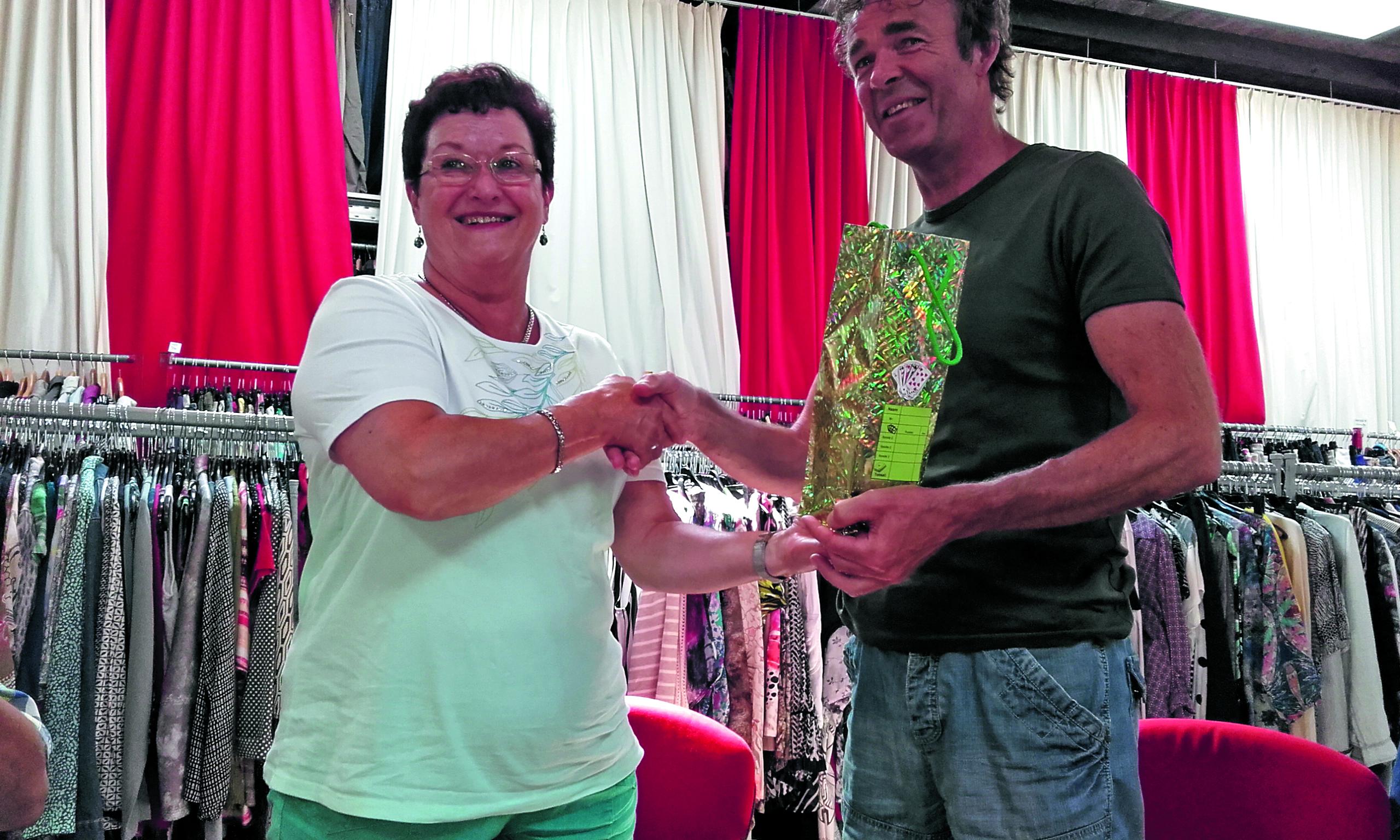 De fooienpot werd onlangs door Ellen Besseling overhandigd aan Herman Kuil van Kledingbank IJmond. (Foto aangeleverd)