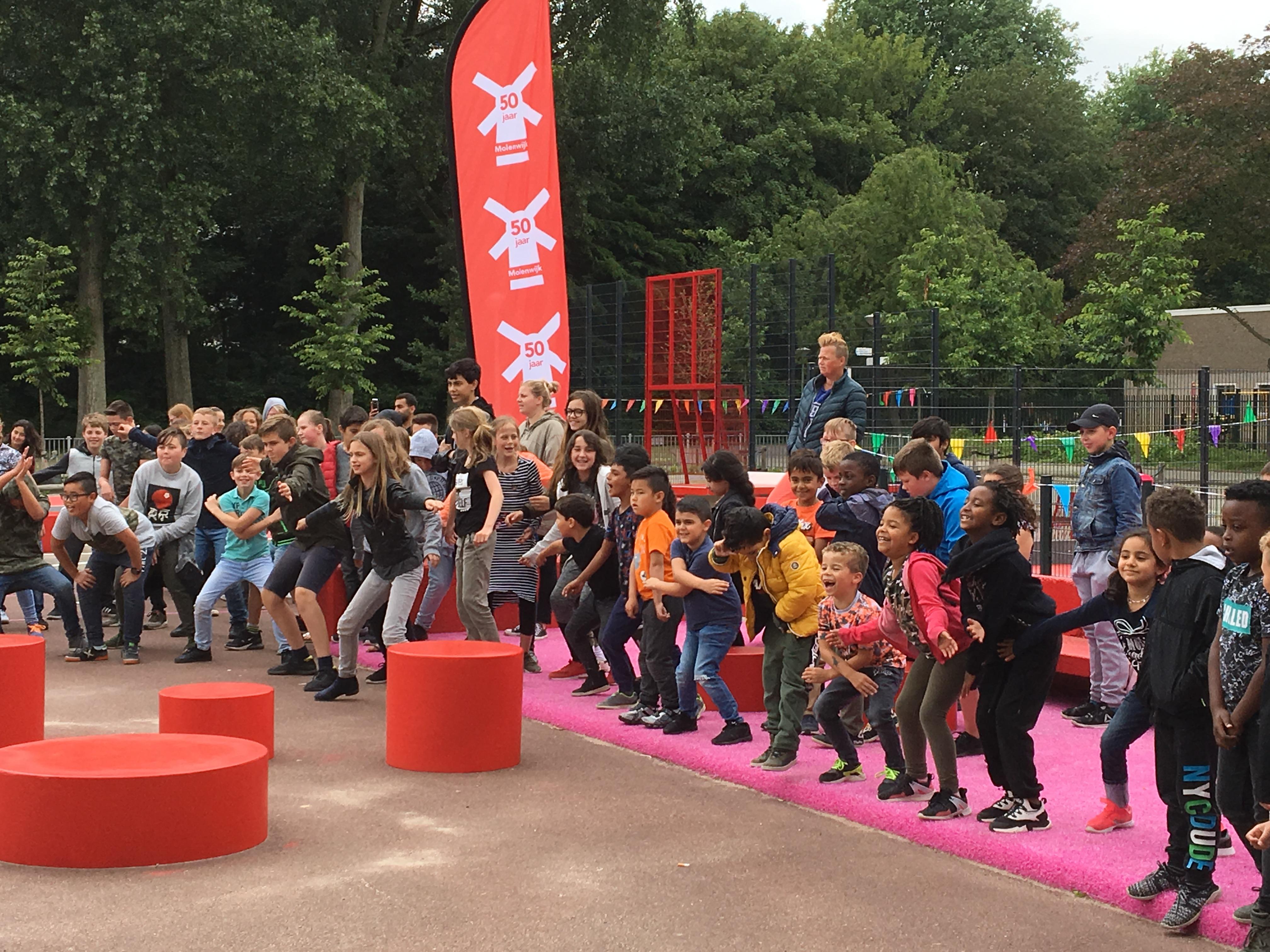 Kinderen van basisscholen de Bonkelaar en de Krijtmolen doen een openingsdans. (Foto: Stadsdeel Noord)