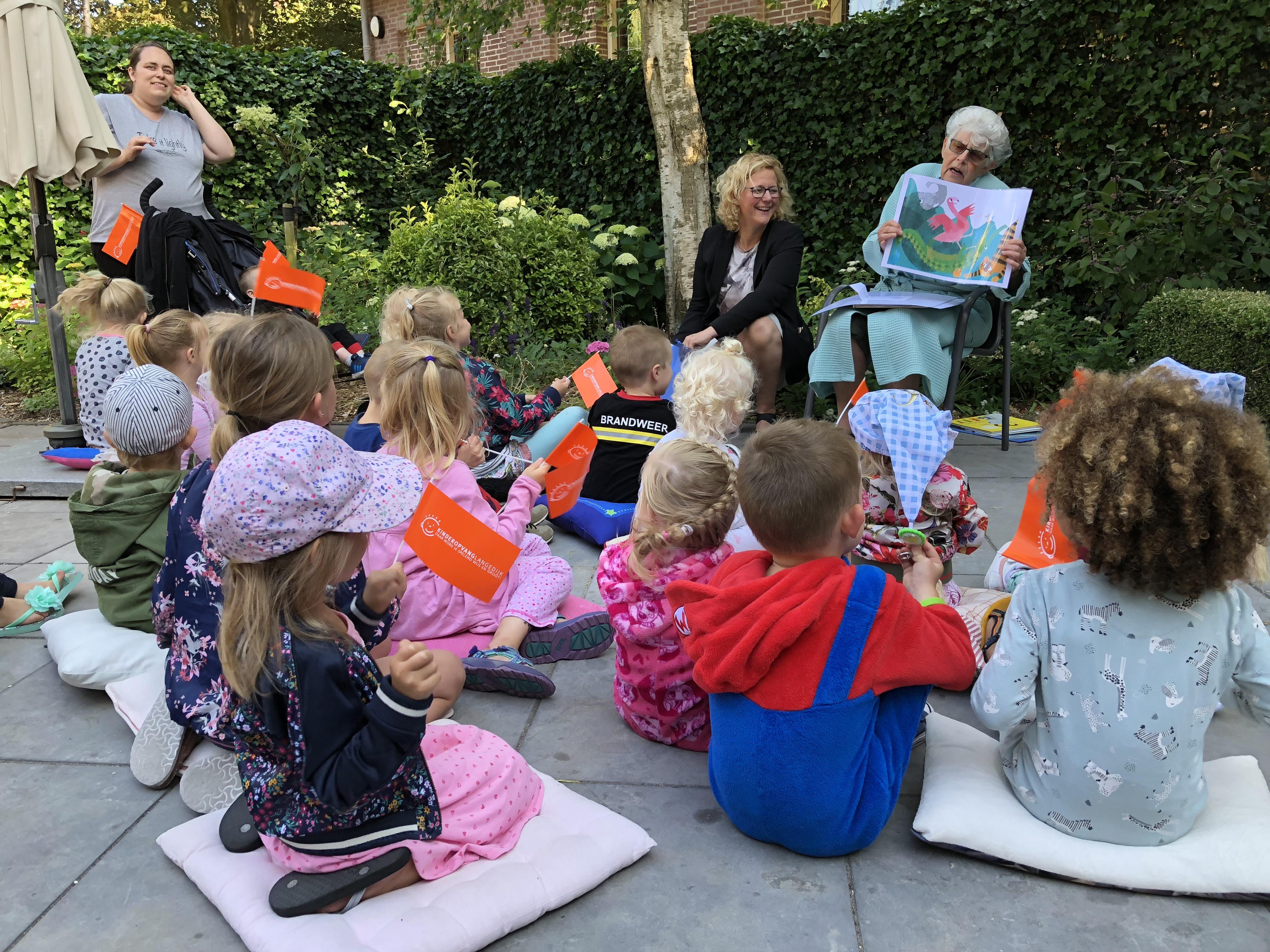 De kinderen luisteren aandachtig tijdens voorleesoptocht. (Foto: aangeleverd)