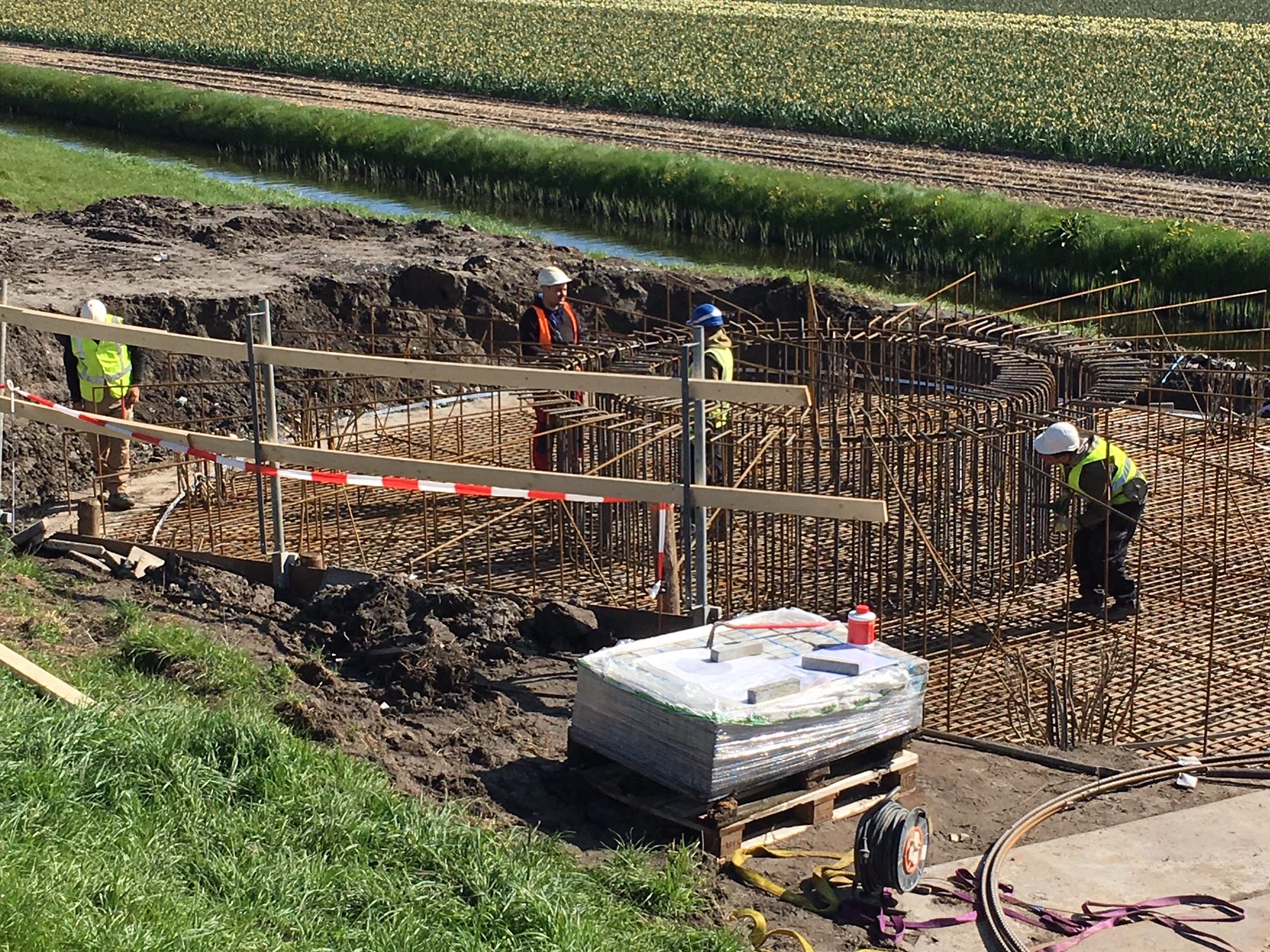 Betonvlechters werken aan de fundering voor de nieuwe windturbines van Windpark Westeinde. (Foto: aangeleverd)