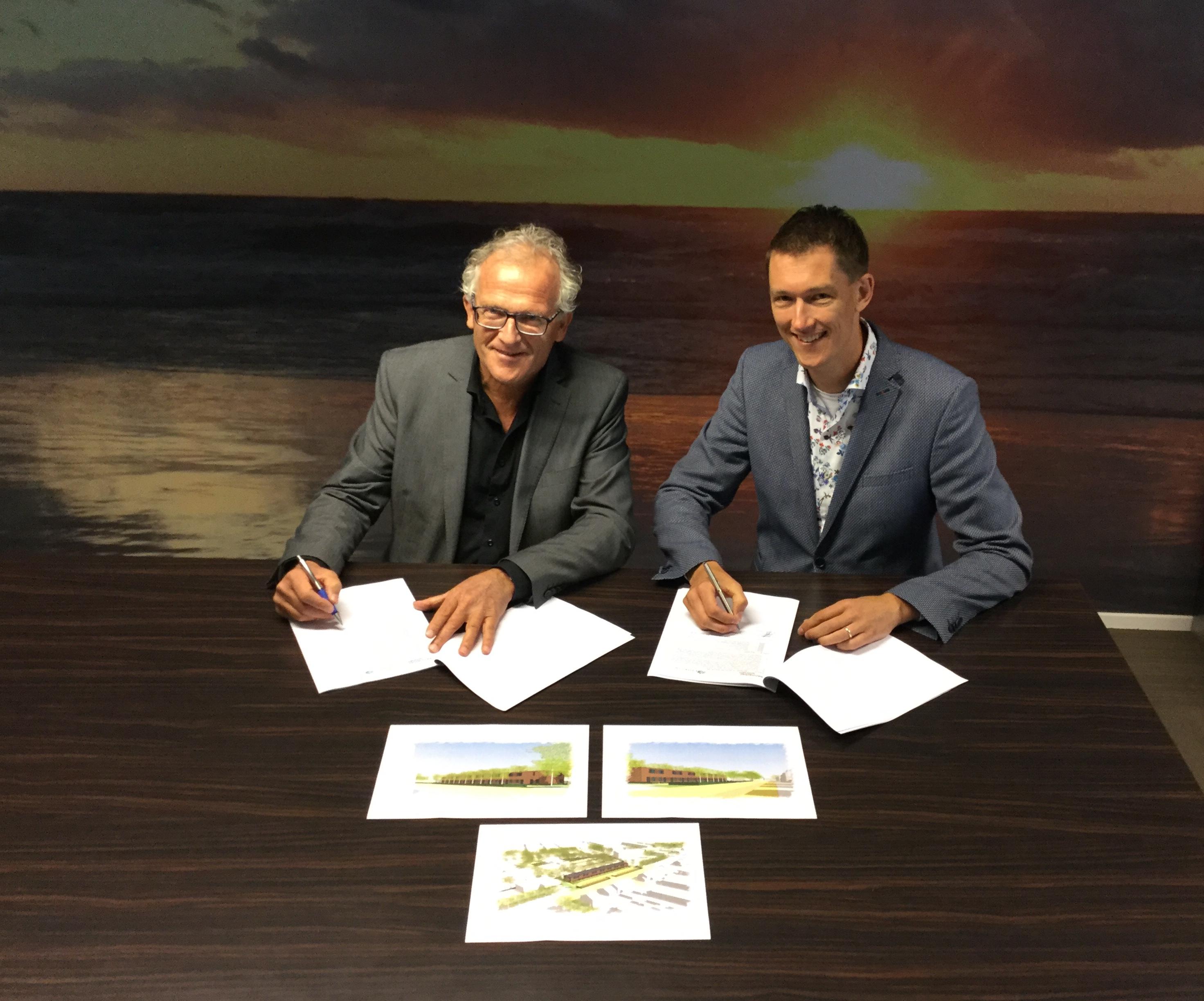 Dick Tromp, directeur-bestuurder Kennemer Wonen en wethouder Marcel Steeman. (Foto: aangeleverd)