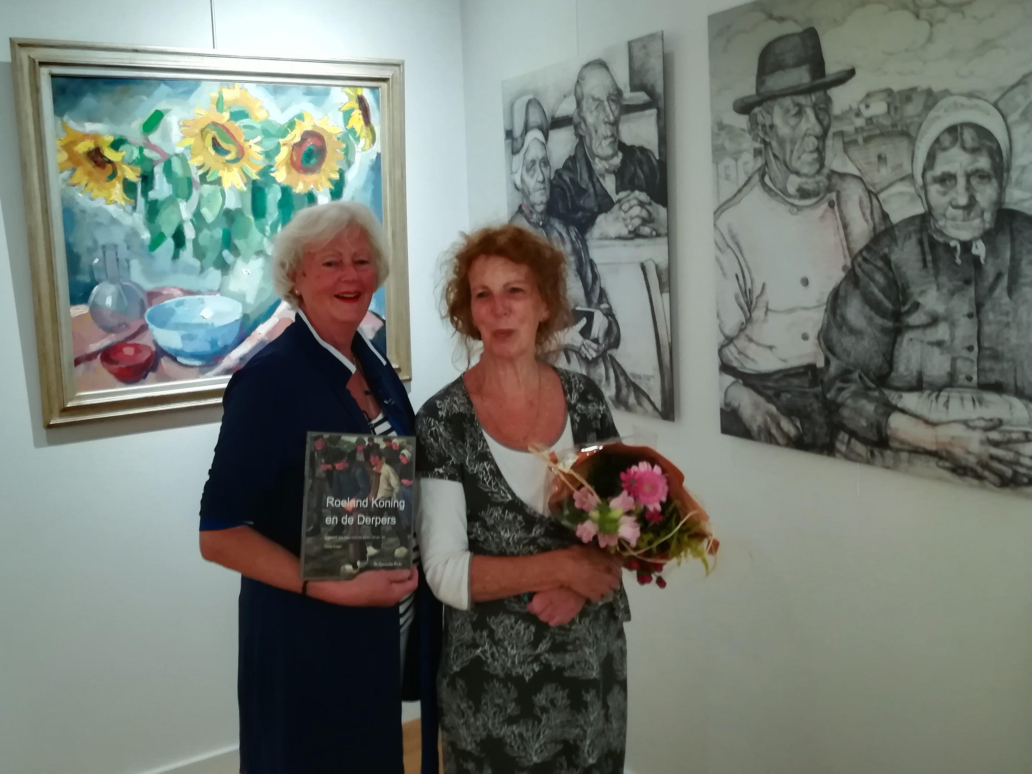 1000e bezoeker van het museum: Anna Ridderbos met vriendin Mirjam van Proosdij. Op de achtergrond enkele van de werken van Roeland Koning.  (Foto Gerard Wijker)