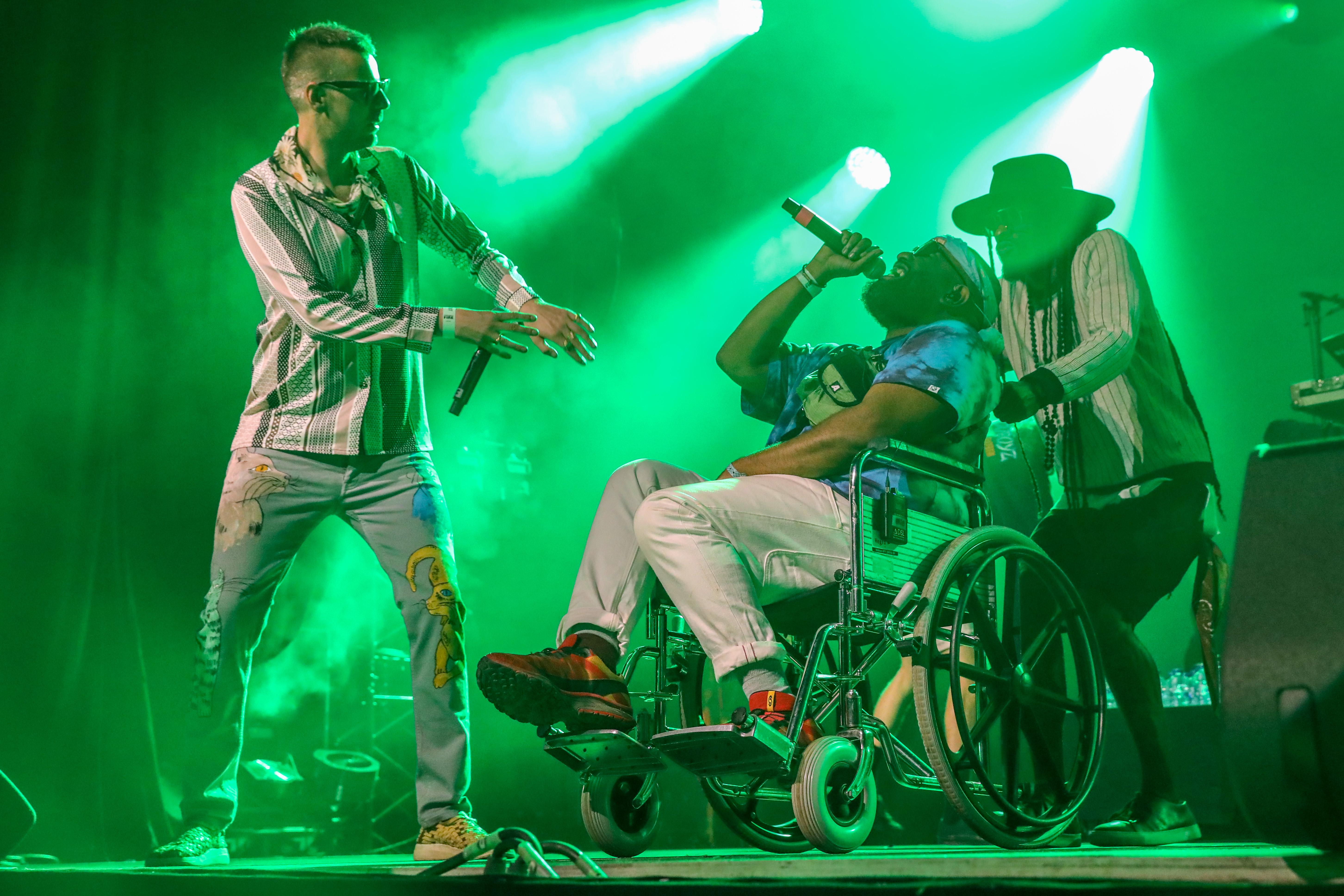 Op de Willy Wartaal van De Jeugd van Tegenwoordig. Ondanks het feit dat hij in een rolstoel zit, wisten de mannen van De Jeugd van Tegenwoordig de tent op zijn kop te zetten. (Foto: Vincent de Vries/RM)