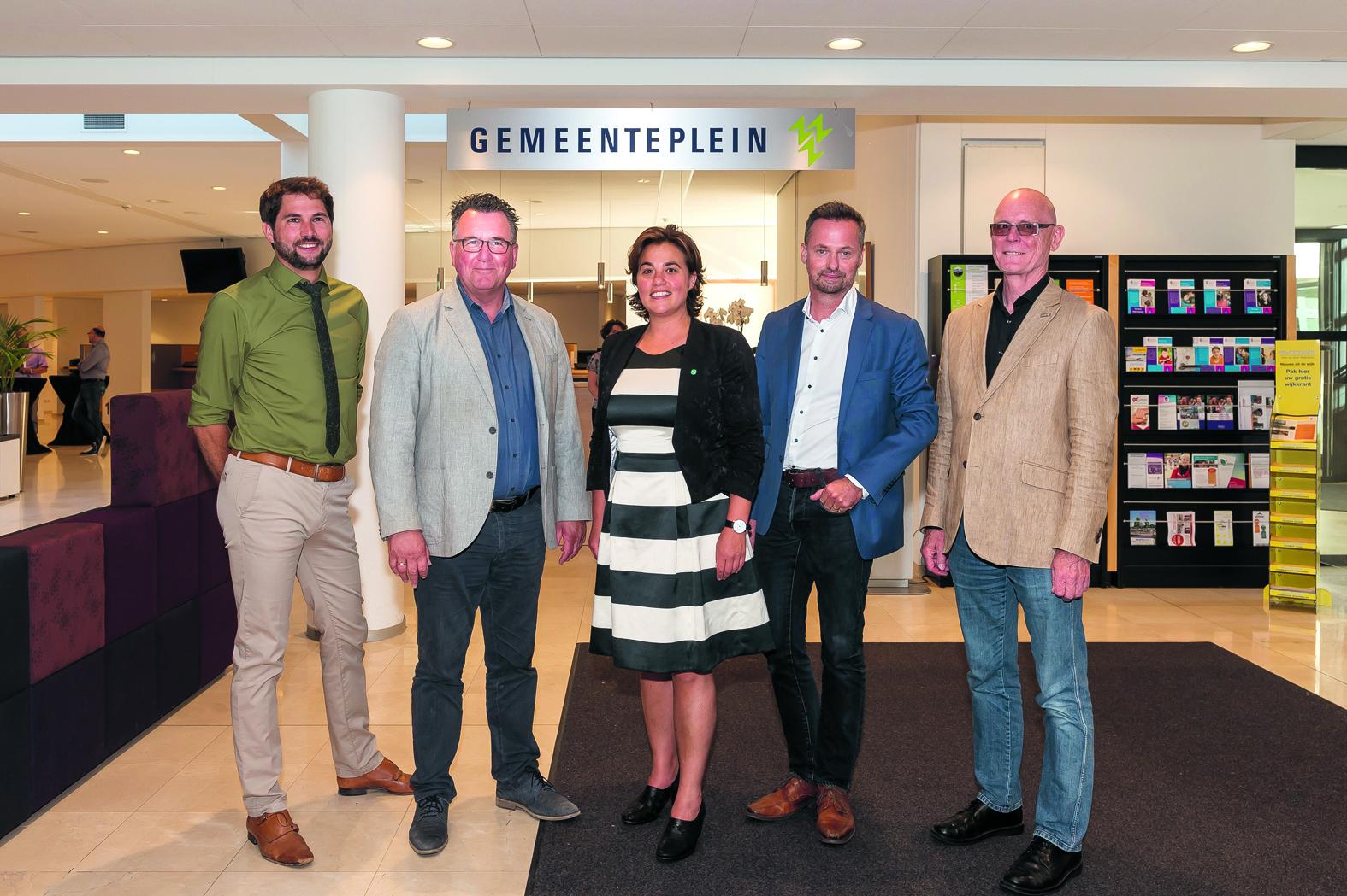 Samen met burgemeester Don Bijl gaan zij de stad de komende jaren besturen. Van links naar rechts: Thijs Kroese, Mario Hegger, Eveline Tijmstra, Paul van Meekeren en Harry Rotgans. (Foto: Han Giskes)