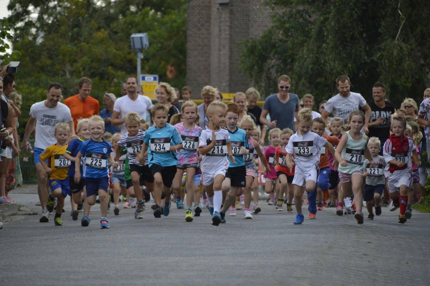 De stratenloop start met de allerjongsten van vier en vijf jaar oud. (Foto: aangeleverd)