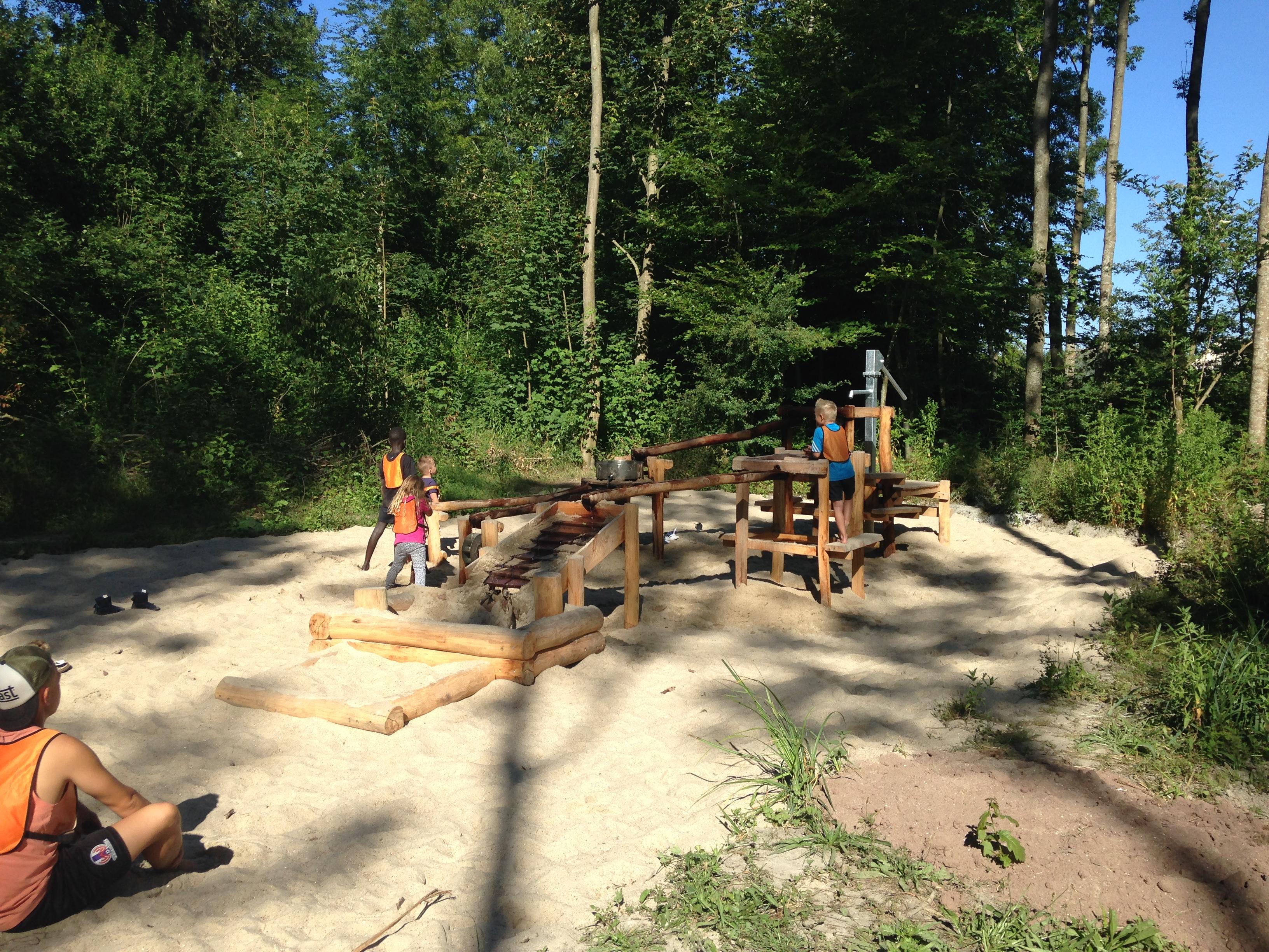 Het eerste nieuwe speeltoestel, een stoere waterpomp, is reeds geïnstalleerd. (aangeleverde foto)