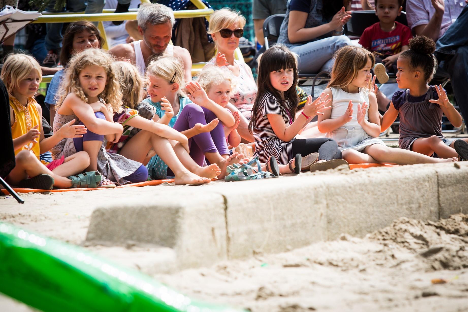 Kinderen bezoeken het Junior Grachtenfestival. (Foto: Ronald Knapp)