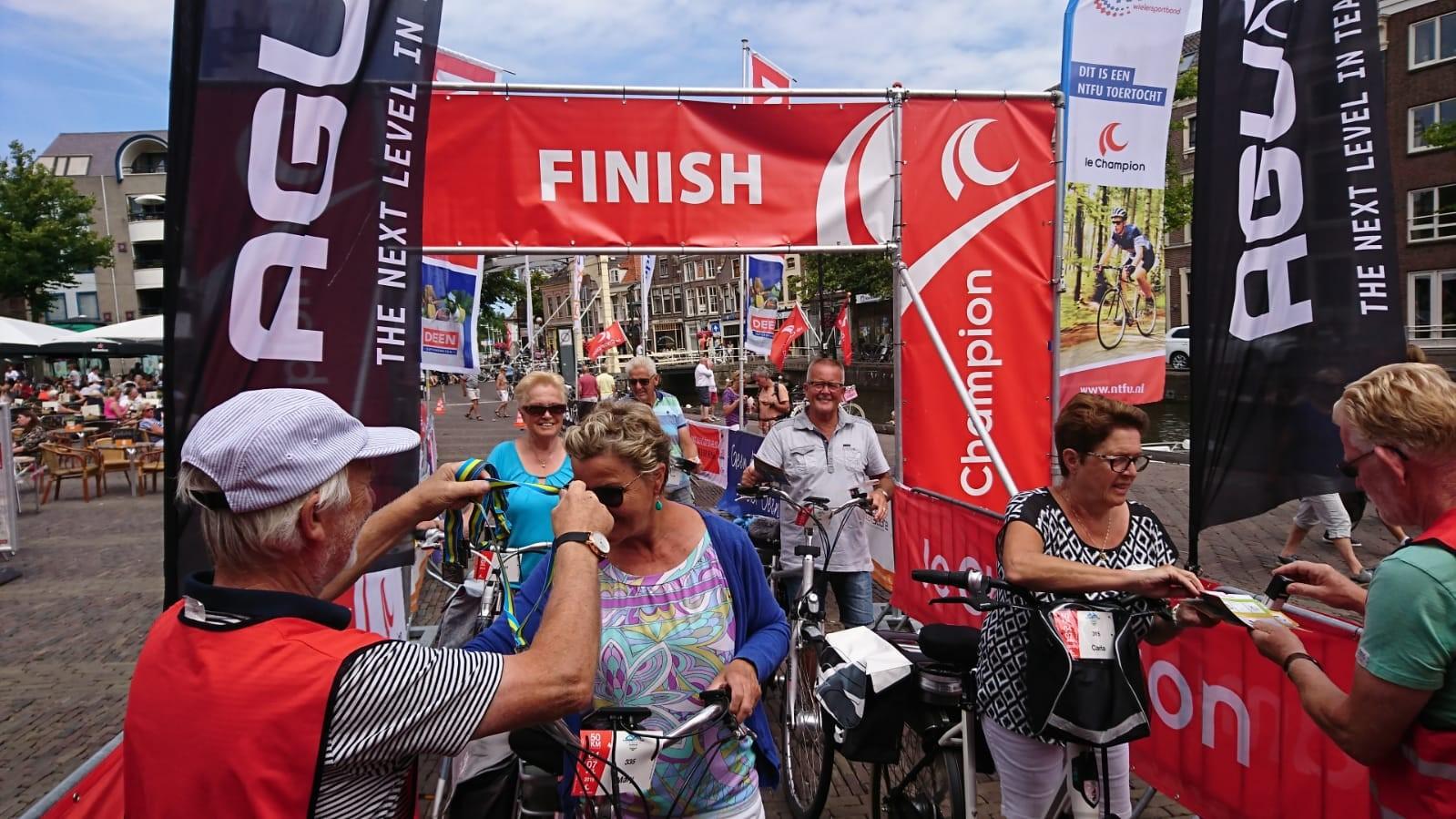 De ruim 800 deelnemers van de Fiets4daagse Alkmaar eindigen op het Waagplein. (Foto: aangeleverd)