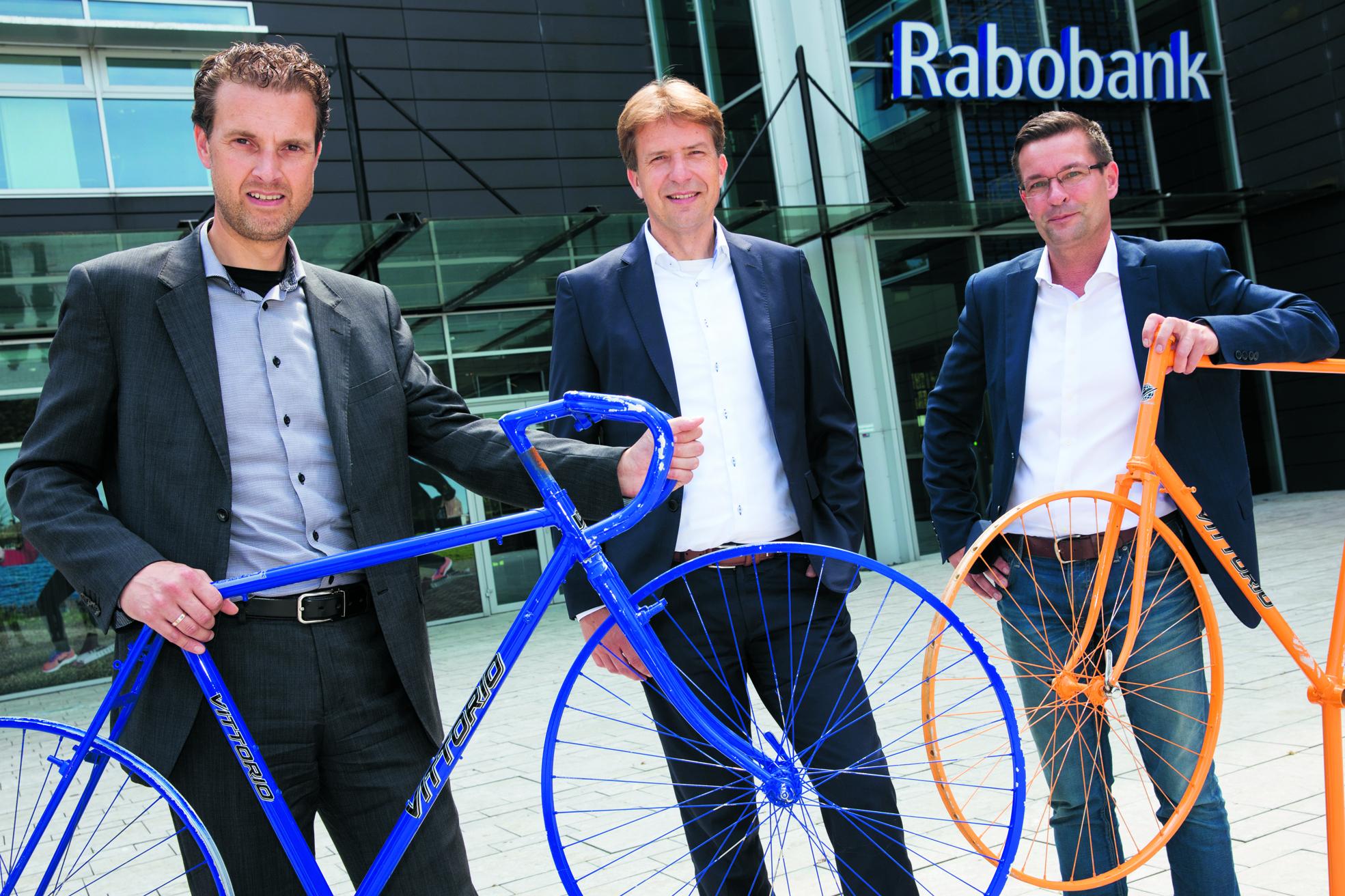Vlnr. Accountmanager Patrick Leijen en directeur-voorzitter Ralph van Soomeren (beiden van Rabobank Alkmaar e.o.) en Marc van Vliet, penningmeester van Tour de Waard. (foto Vincent de Vries/ Rodi Media)