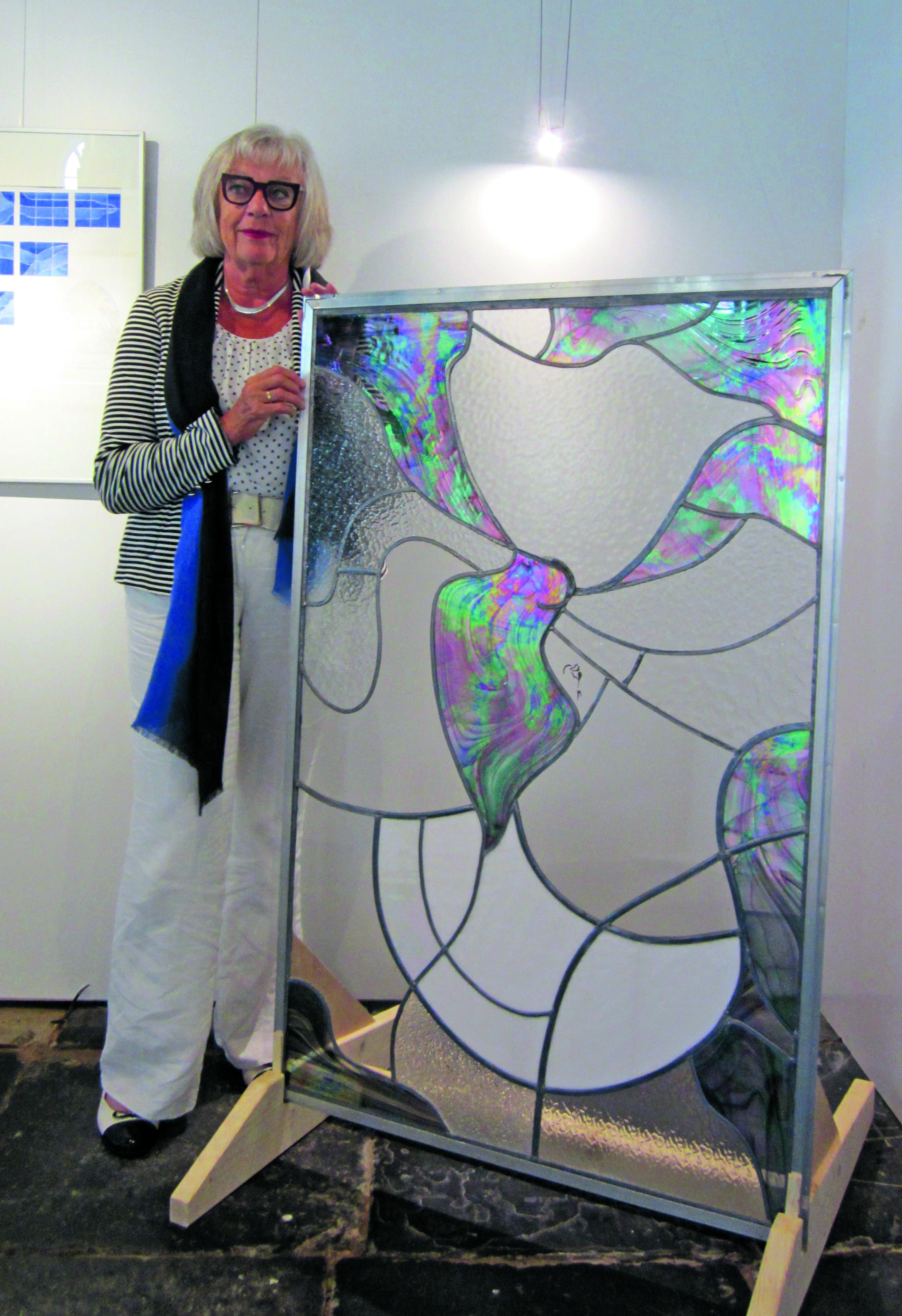 Maja de Haan uit Andijk exposeert in de kerk met glas-in-lood-kunst. (Foto: aangeleverd)