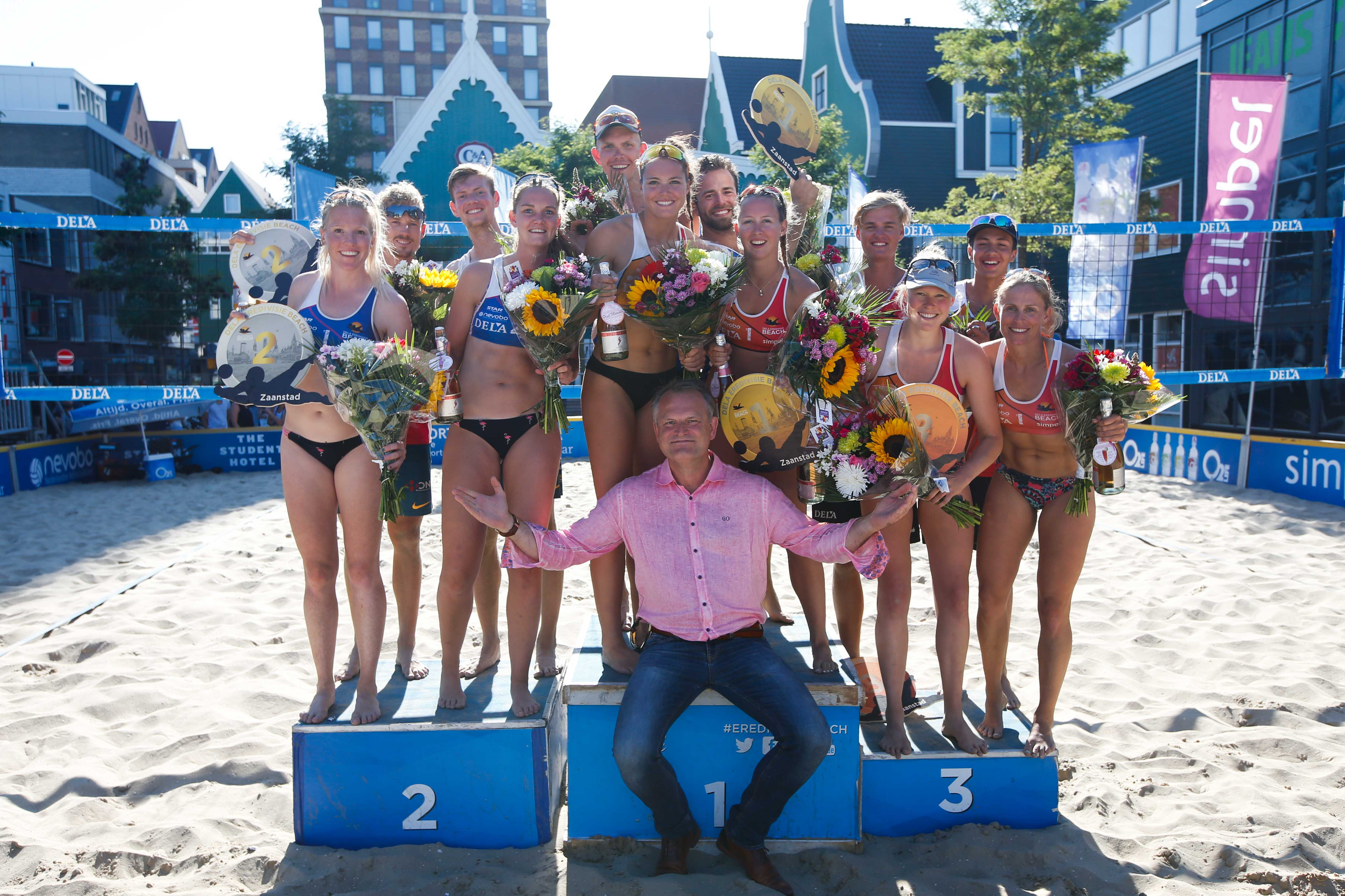 Podiumplaatsen voor de dames van de DELA Eredivisie Beach tour met wethouder Gerard Slegers. (Foto: Sportworx)