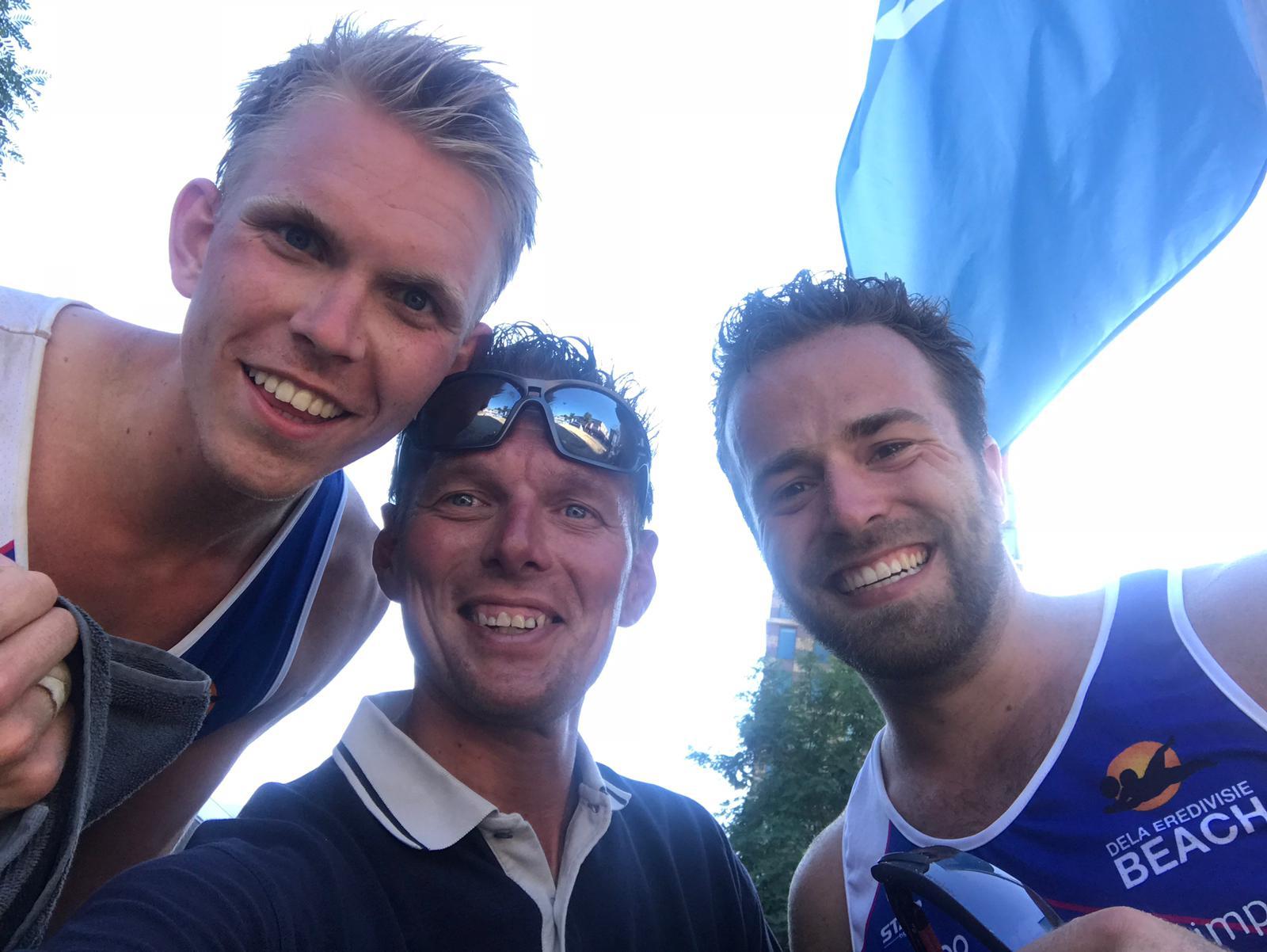 Podiumplaatsen voor de dames van de DELA Eredivisie Beach tour met wethouder Gerard Slegers. (Foto: Sportworx)  rodi.nl © rodi