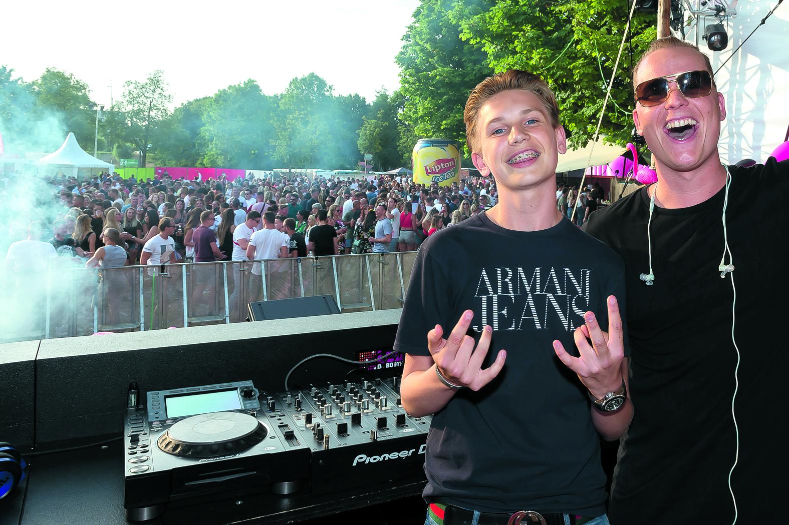 Daan van Marle als DJVM (links) met naast zich collega Nick White tijdens Electronic Picnic. (Foto: Han Giskes)
