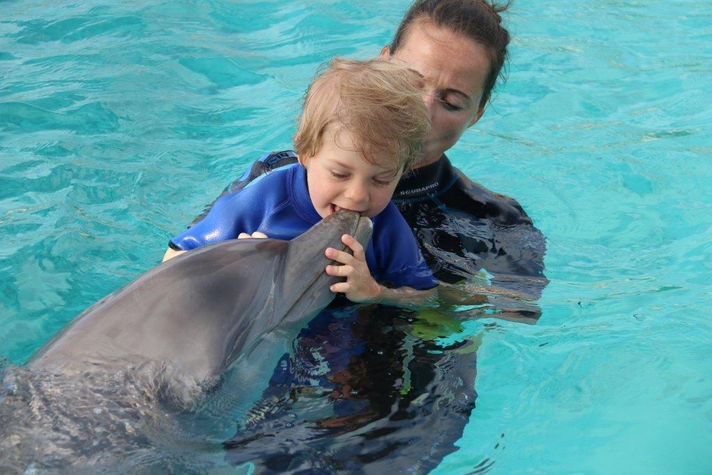 Stijn met zijn 'eigen' dolfijn Chabelita. (Foto: aangeleverd)