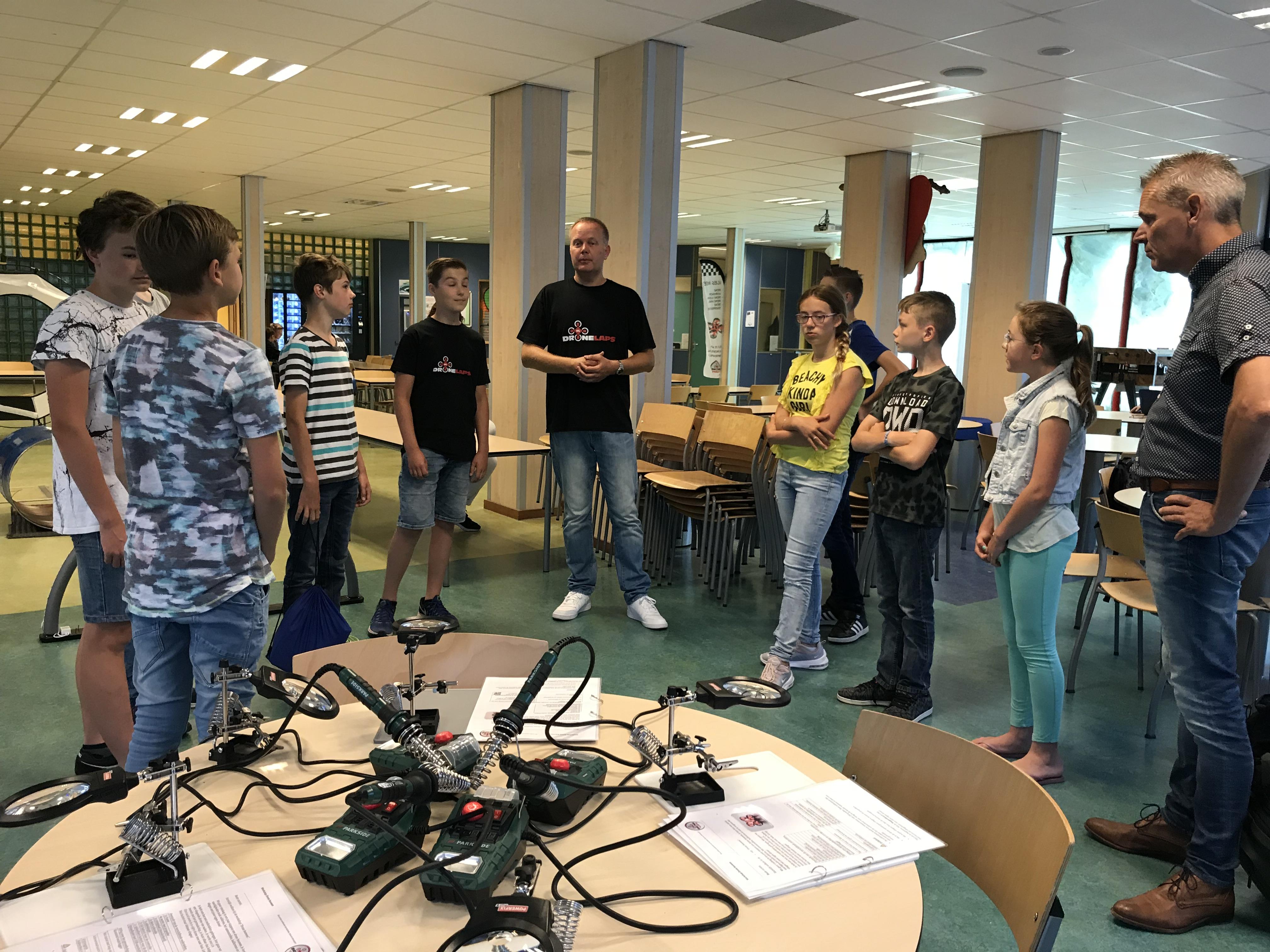 Rubin en zijn vader (midden) verzorgden voor de leerlingen een workshop 'drone bouwen'. (Foto: aangeleverd)