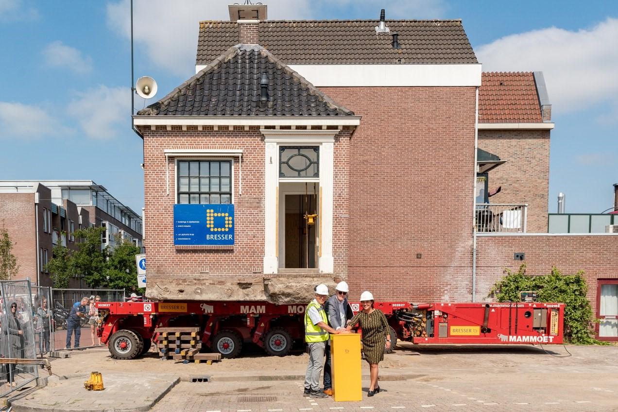 Het startmoment voor de verplaatsing van het huisje. V.l.n.r. Henry van Langeveld, Pieter Dooper en Eveline Tijmstra