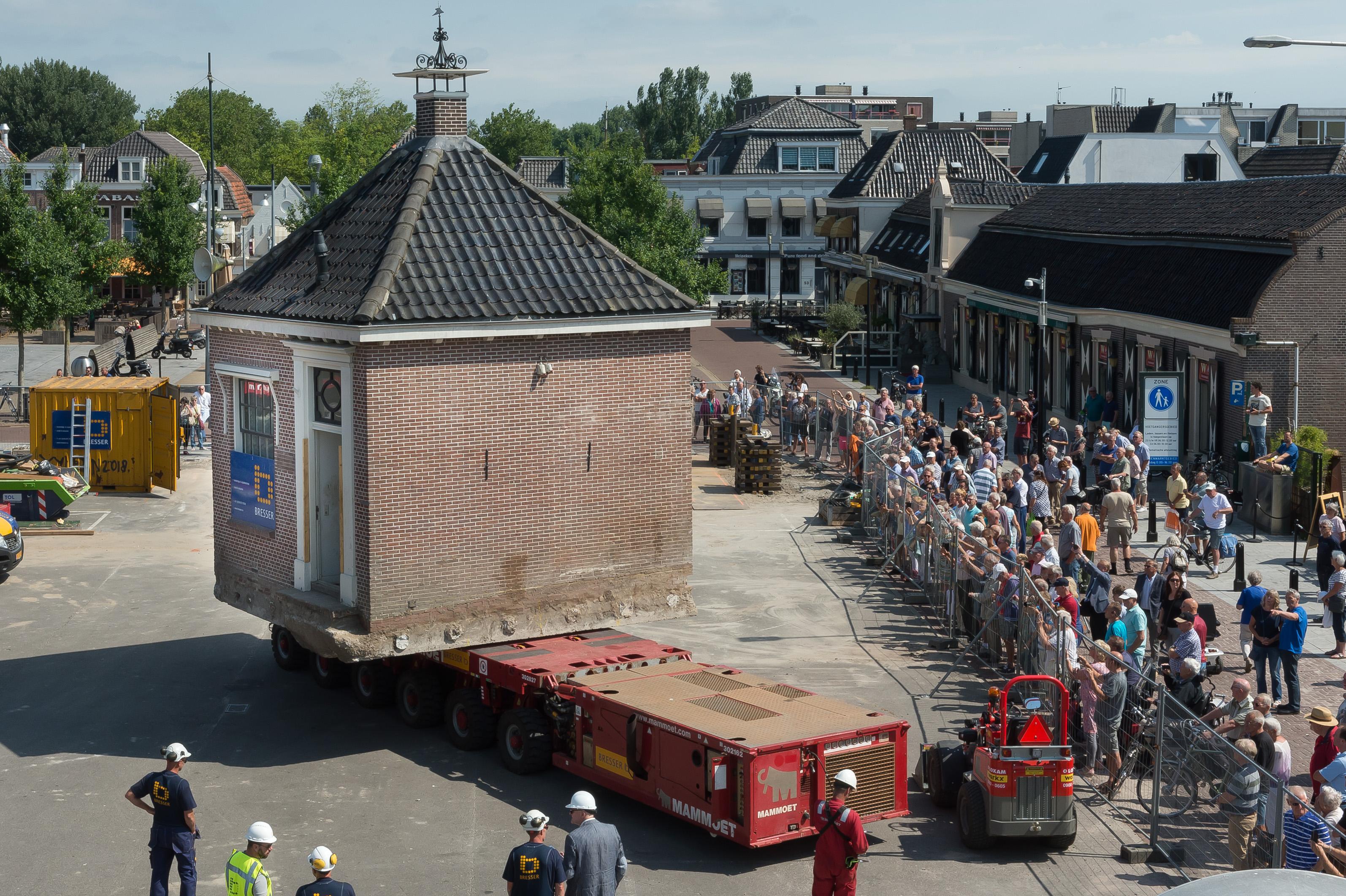 Het startmoment voor de verplaatsing van het huisje. V.l.n.r. Henry van Langeveld, Pieter Dooper en Eveline Tijmstra  rodi.nl © rodi