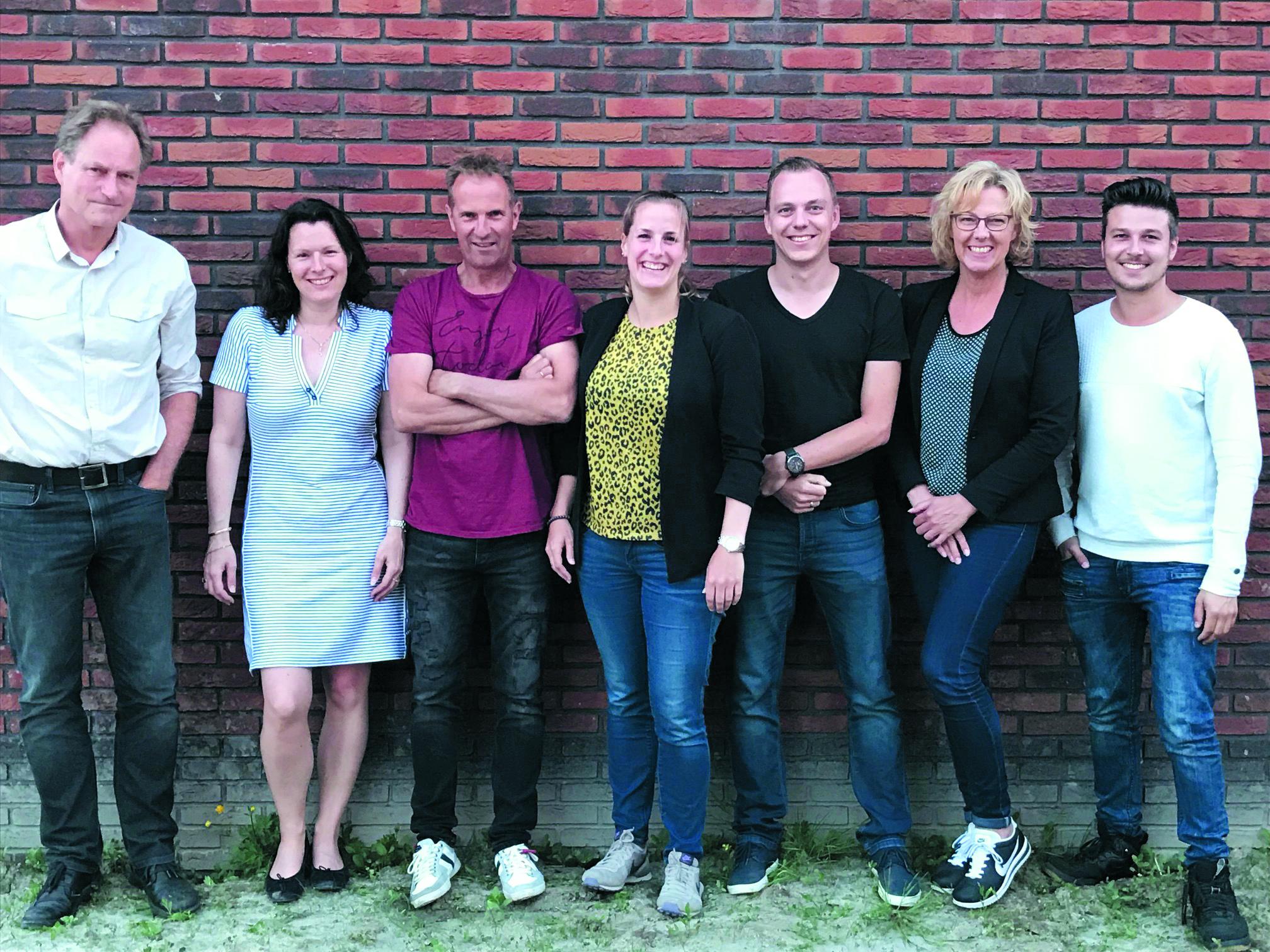 De lustrumcommissie, met van links naar rechts Kees Admiraal, Karena Water, Marcel Loopeker, Ellen Vlaar, Jeannette Jansen-van der Gragt en Karel Witte. (aangeleverde foto)