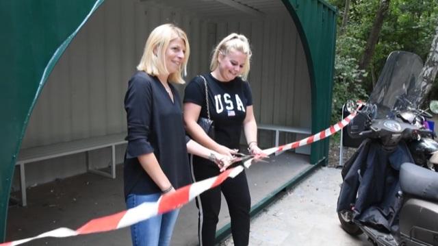 Wethouder Mandy en Kim knippen samen het lint door, en daarmee is de container geopend. (Foto: LOL)