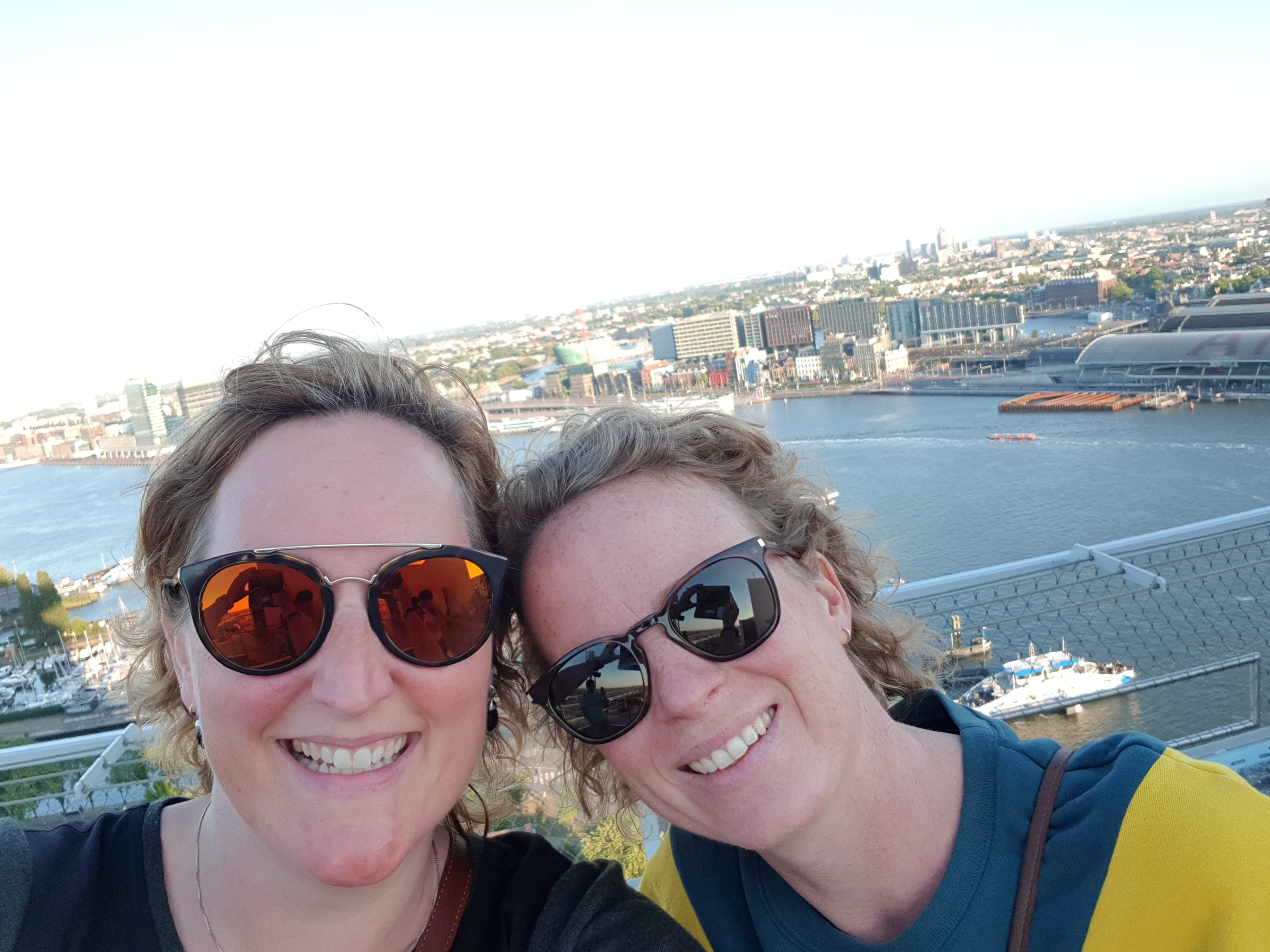 Saskia Wijbenga en Noortje Lange op het dak van de A'DAM Toren. (Foto: aangeleverd)