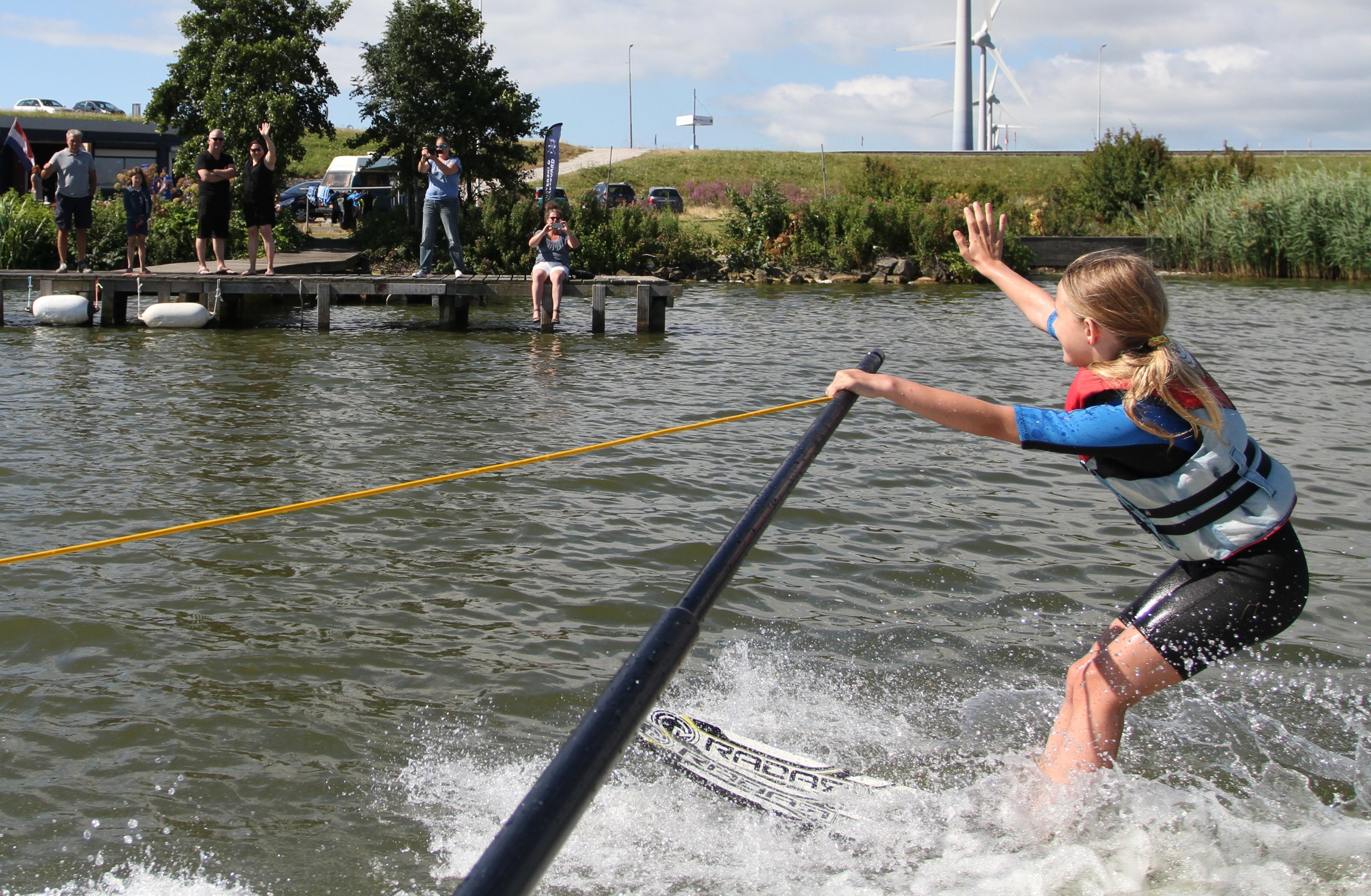 Tijdens de open dag van waterski- en wakeboardvereniging De Ven kunnen belangstellenden tegen een bijdrage de sport uitproberen. (Foto: aangeleverd)