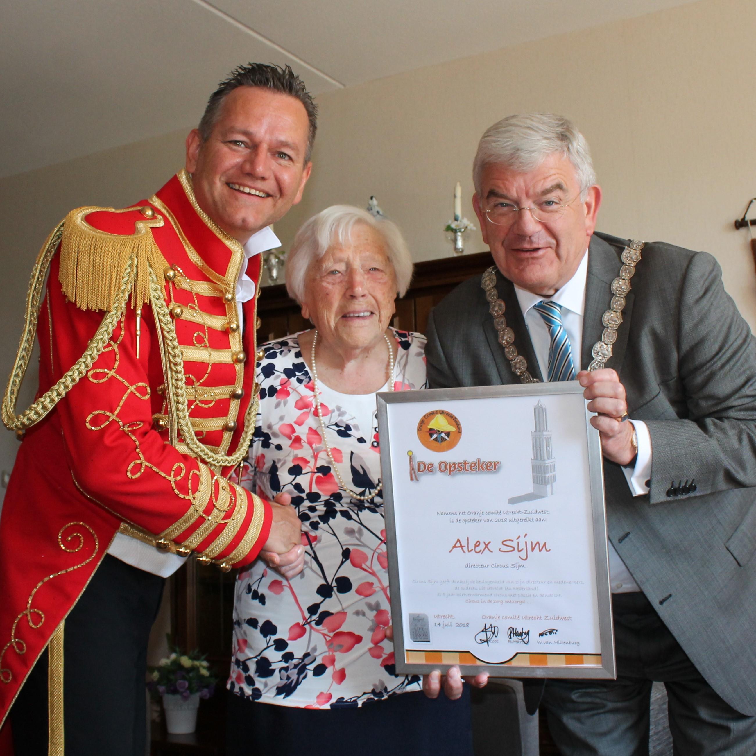 Als erkenning voor zijn werk ontving Alex Sijm uit handen van Utrechts burgemeester Jan van Zanen en de 102-jarige mevrouw Bennekom, De Opsteker van de Stad Utrecht. (Foto: aangeleverd)