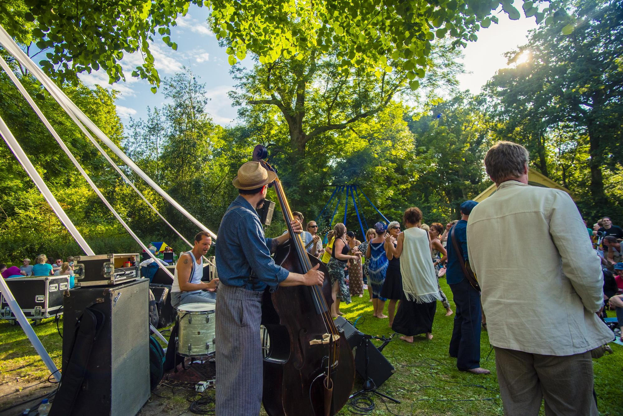 Podium onder de Boom: genieten van de lekkerste muziek onder de prachtige bomen in Cultuurpark de Hout. (aangeleverde foto)