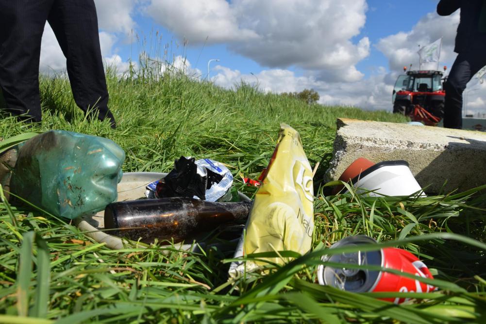 OPMEER – Wie ergert zich ook zo aan al die flesjes, blikjes en verpakkingen die op straat en in de natuur liggen? Steeds meer mensen ergeren zich aan zwerfafval. Gelukkig komt men tegenwoordig daadwerkelijk in actie. Neem ook een vuilniszakje mee tijdens een wandeling. Of maak zo nu en dan ee