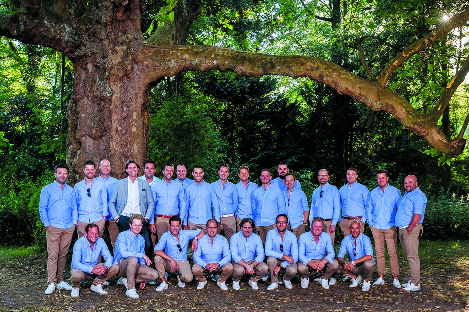 De mannen van Junior Chamber International (JCI) - gekleed door Strak in Pakken - is klaar voor Alkmaar Culinair Plaza. (Foto: Ed van de Pol)