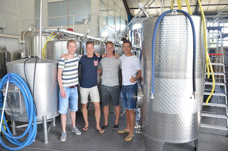 Deze vier vrienden besloten dat het een goed idee was om een eigen biertje te brouwen. (Foto: aangeleverd)