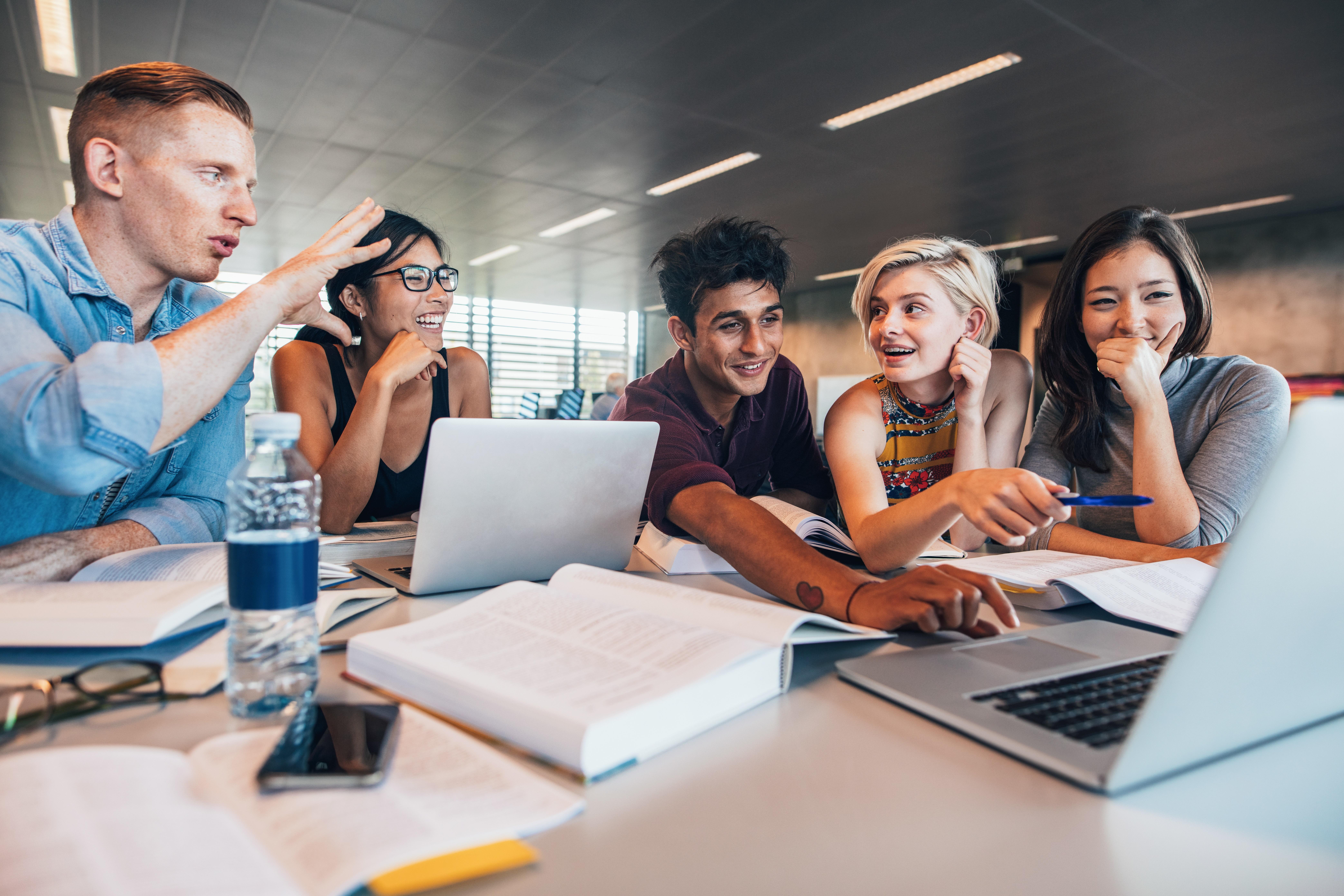 Deelnemers worden tijdens de hackathon uitgedaagd om een oplossing te bedenken om de kloof tussen scholieren en ondernemers te verkleinen. (Foto: Adobestock)