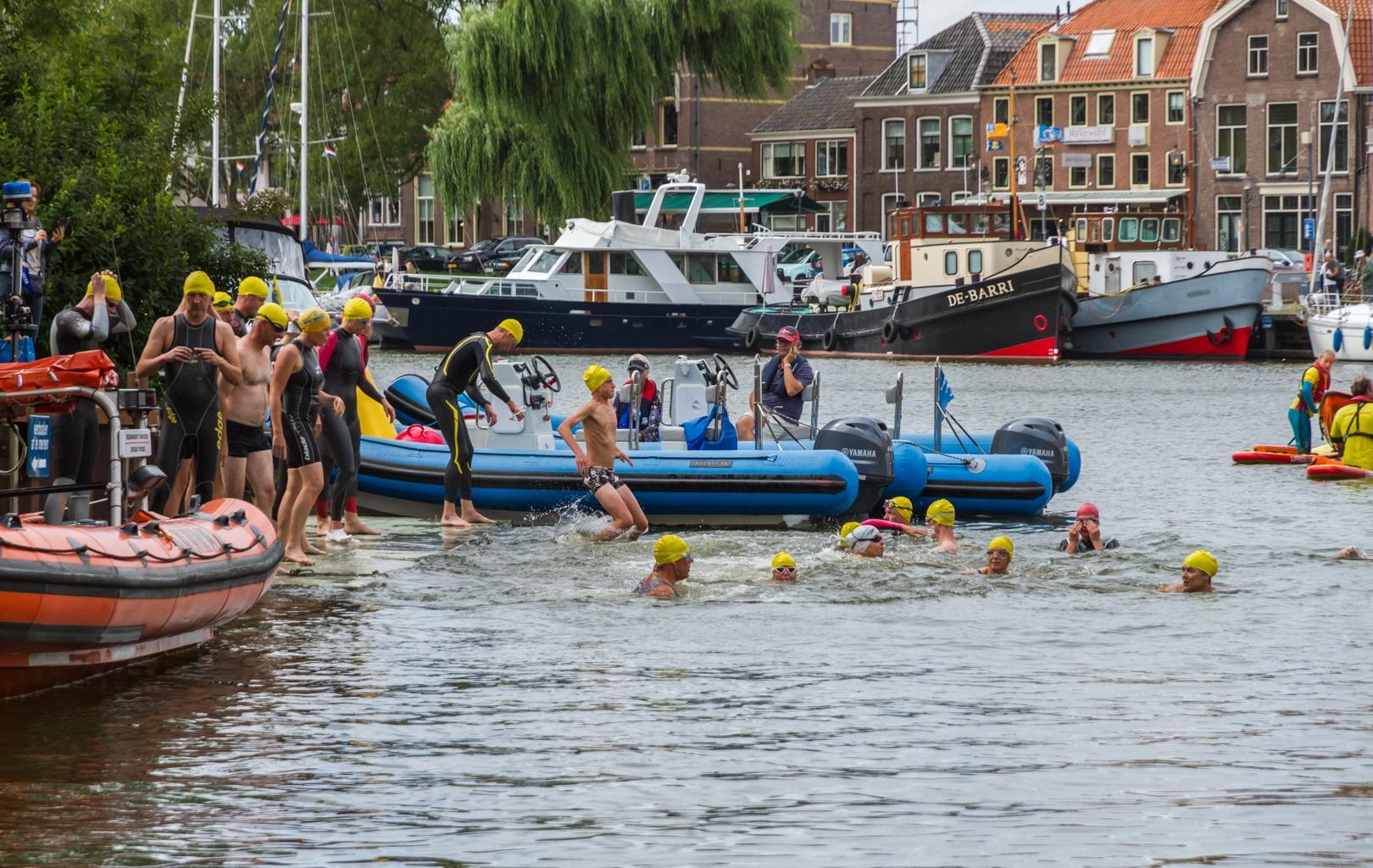 De echte waterliefhebbers doen zaterdag 28 juli weer mee aan de prestatie-zwemtocht. (Foto's: Ben Lassing)