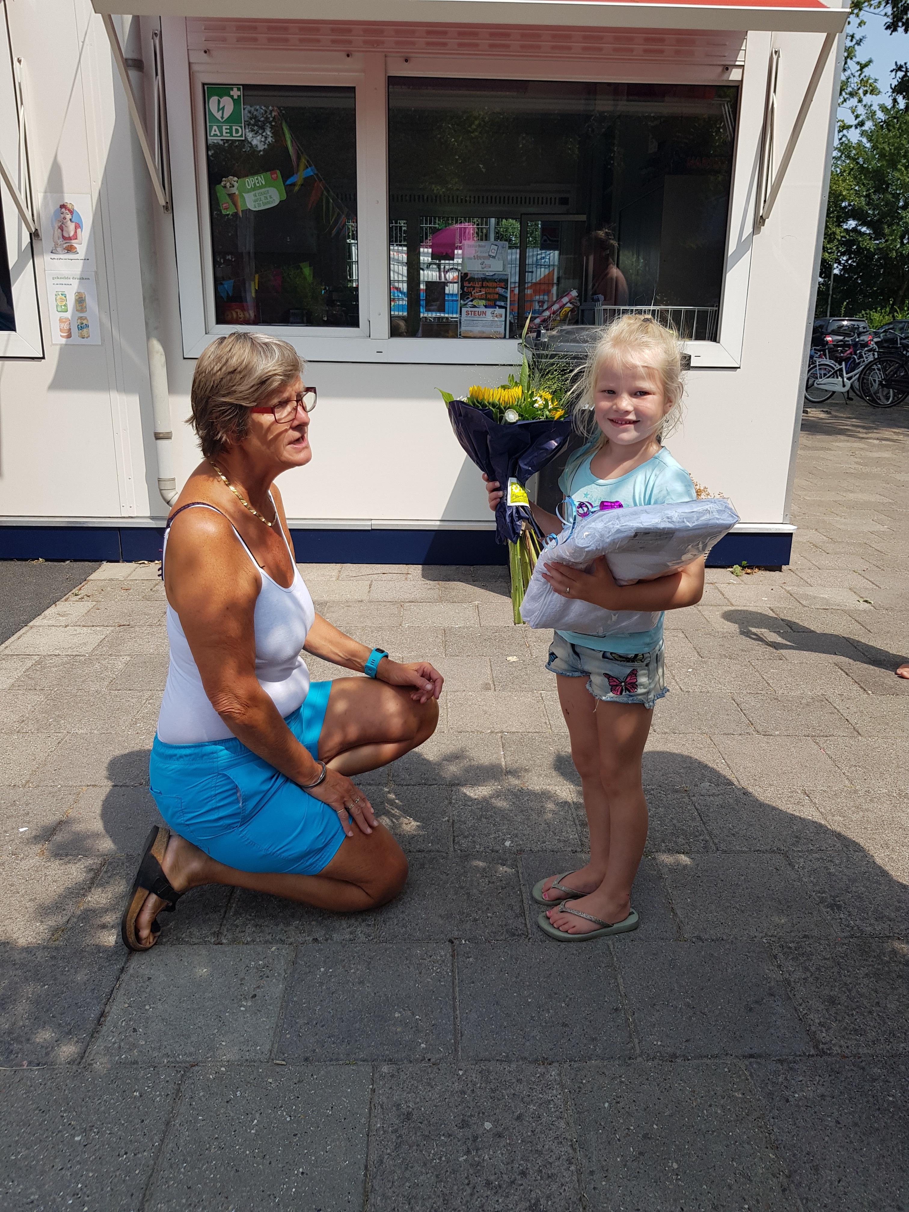 HOOGWOUD – Zwembad 't Woudmeer verwelkomde, na nog een prachtige zomerse week, de 25.000e bezoeker. De vijfjarige Gwenn Over uit Hoogwoud stapte vorige week precies op tijd door de poort bij het zwembad om deze mijlpaal te bereiken. Gwenn werd verrast met een 25.000 badenboekje, een bos