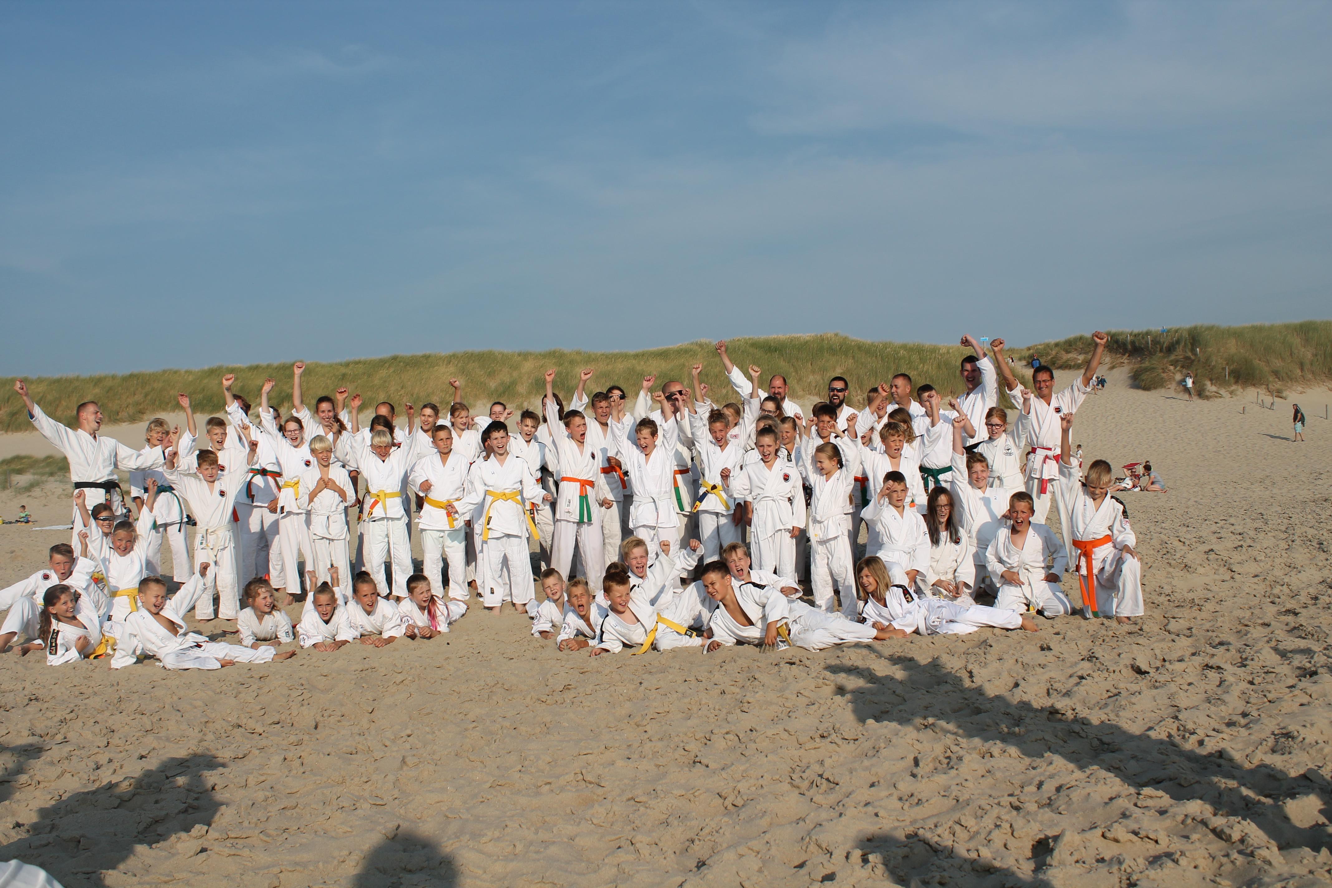 De leden van Shintai en Budo school Niedorp hebben het seizoen afgesloten op het strand van Callantsoog. (Foto: aangeleverd)