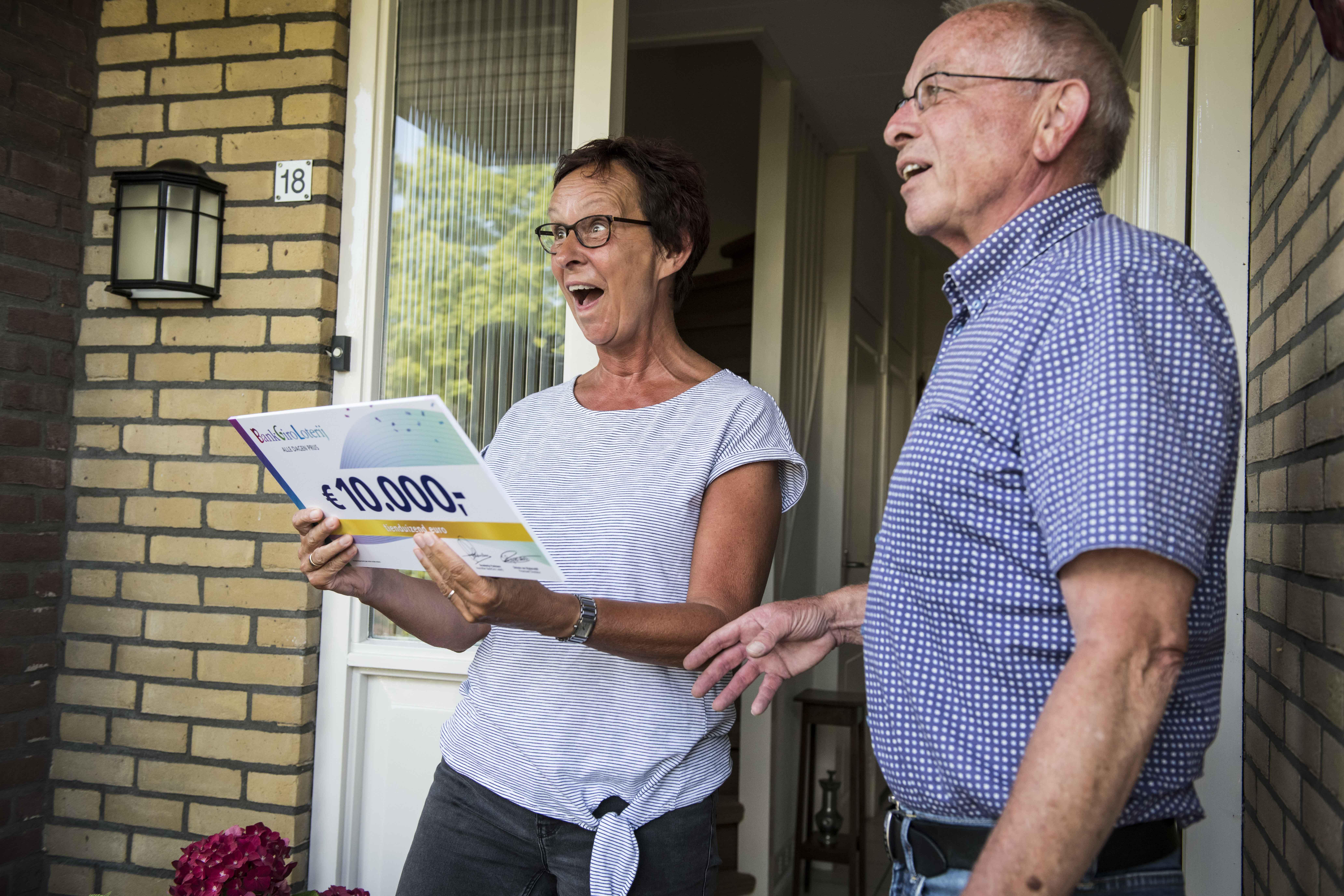 Henk en Ina uit Medemblik waren heel blij dat zij 10.000 euro wonnen. (Foto: aangeleverd)