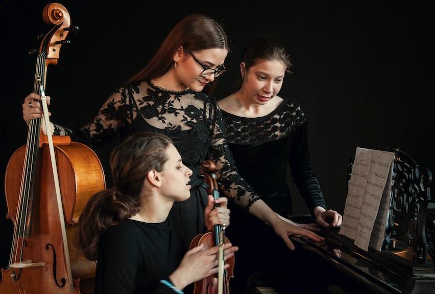 Het Russische Piano 'Bell Trio': Alla Belova (piano), Ekaterina Glazova (viool) en Anna-Lucia Costiuc (cello). (Foto: aangeleverd)