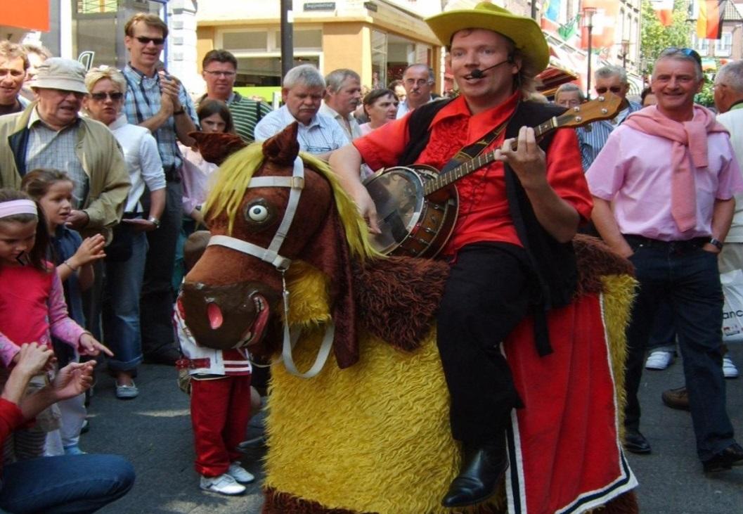 De Westerstraat wordt opgeluisterd met veel straattoneel en acteurs die het publiek bij hun act betrekken. (Foto: banjoman.nl)