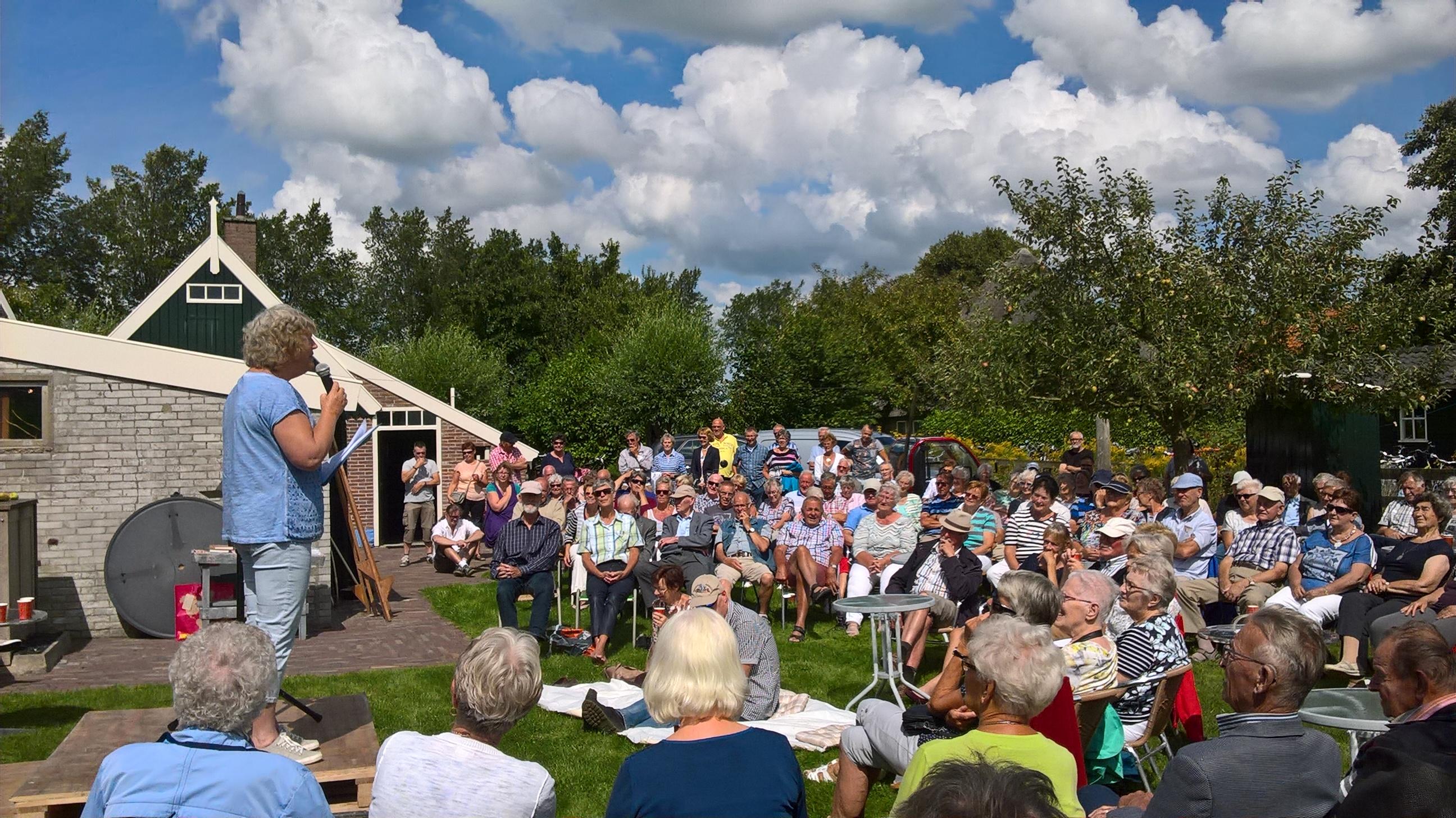 Drukte bij een eerder West-Fries optreden bij het Huis van Oud. (Foto: aangeleverd)