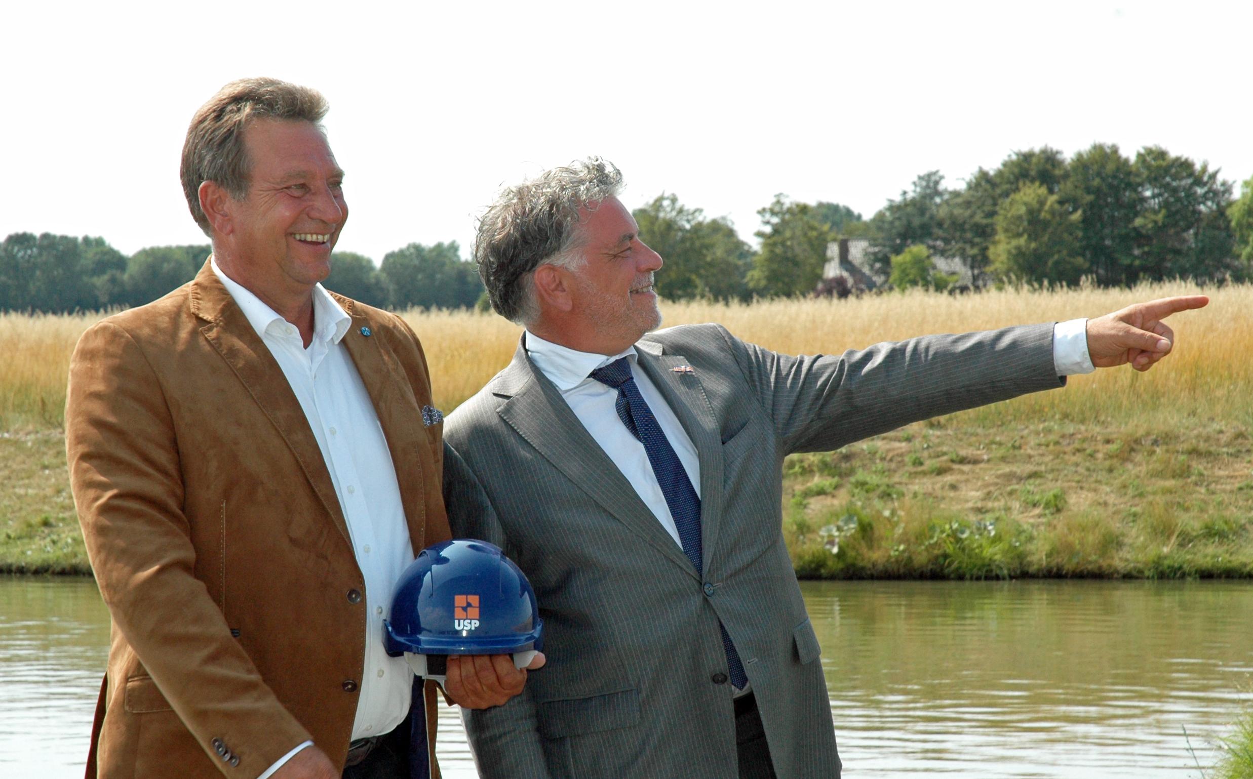 Frank Nannings (l) en wethouder Ad Jongenelen op de toekomstige bouwlocatie. (aangeleverde foto)