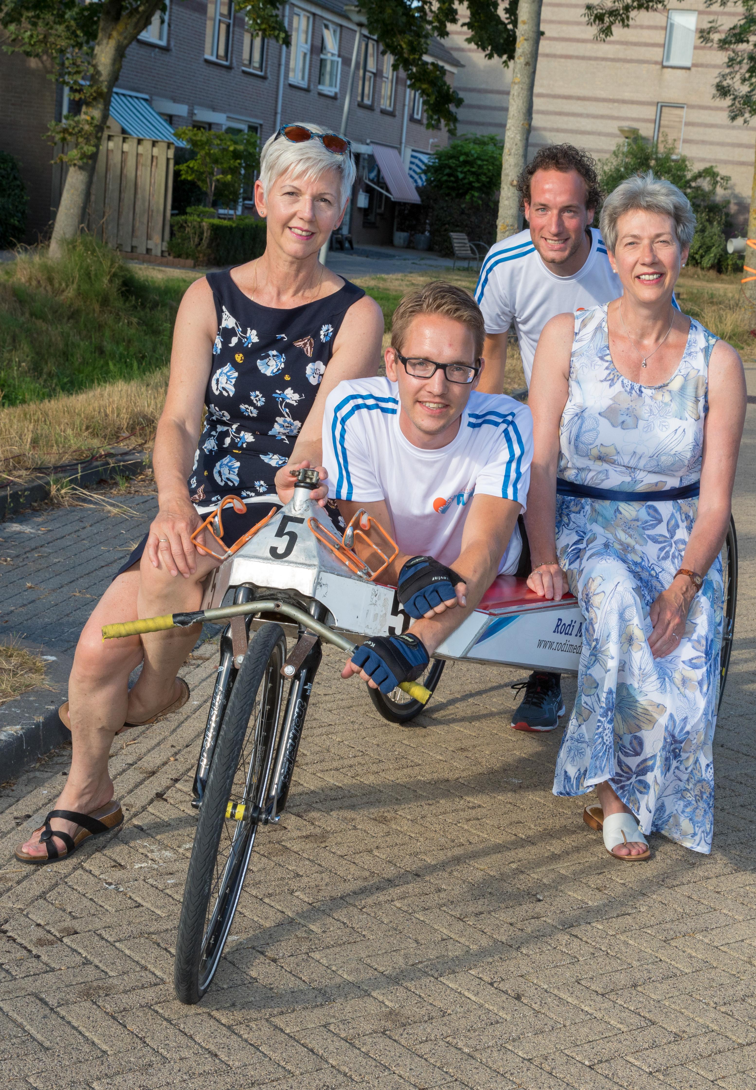 Vlnr. Margriet Klinkert, Annet Klinkert, Rick Molenaar en Bas Brammer. 'We genieten van kleine dingen en de rest is bijzaak.' (foto Vincent de Vries/ RM) rodi.nl © rodi