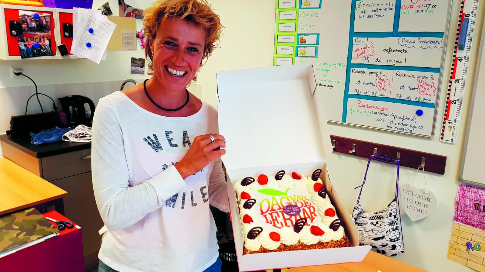 Begin juli werd de Alkmaarse Esther Wokke nog verrast met taart omdat ze een van de veertig genomineerde leraren was voor de verkiezing 'Leraar van het jaar 2018'. (Foto: aangeleverd)