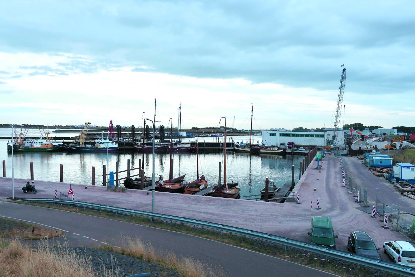 De Wieringen Aken en Skuutje hebben een nieuwe ligplaats gekregen in de Historische Hoek van de haven van Den Oever. (Foto: stichting Onderdak Nautisch Erfgoed Wieringen)