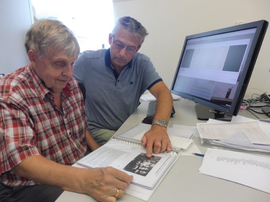 Dick Bond en Evert Sier doken in de archieven voor stamboomonderzoek van 5000 Volendammer families. (Foto: aangeleverd)