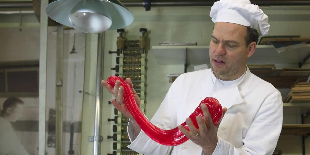 Jacco Spil, directeur van het Bakkerijmuseum, staat zelf ook geregeld in de keuken snoepjes te maken. (Foto: aangeleverd)