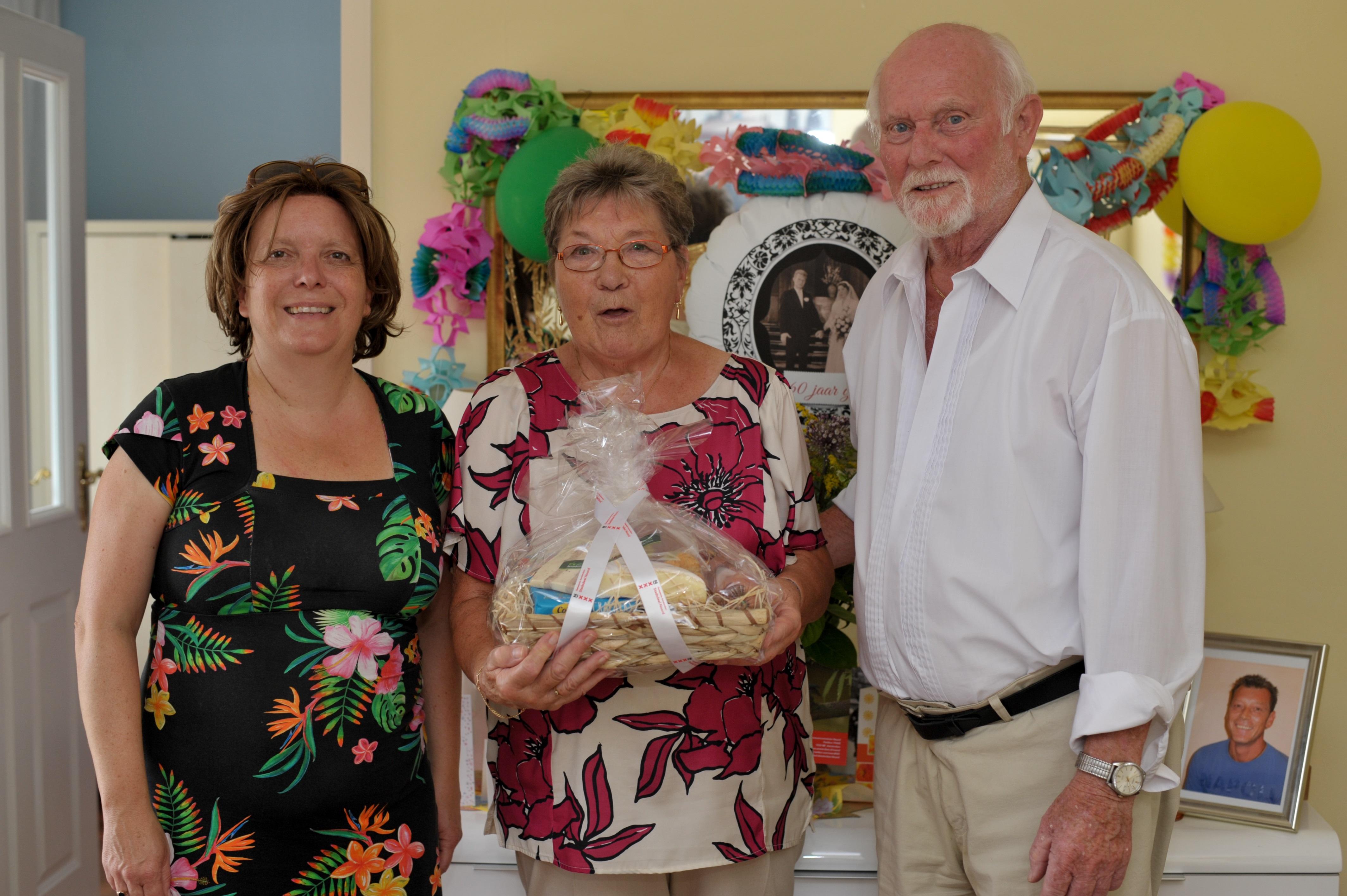 Nel en Wim Dokter kregen ter ere van hun jubileum bezoek van Esther Lagendijk, lid stadsdeelcommissie Noord. (Foto: Rob Beense / foto.beense.nl)