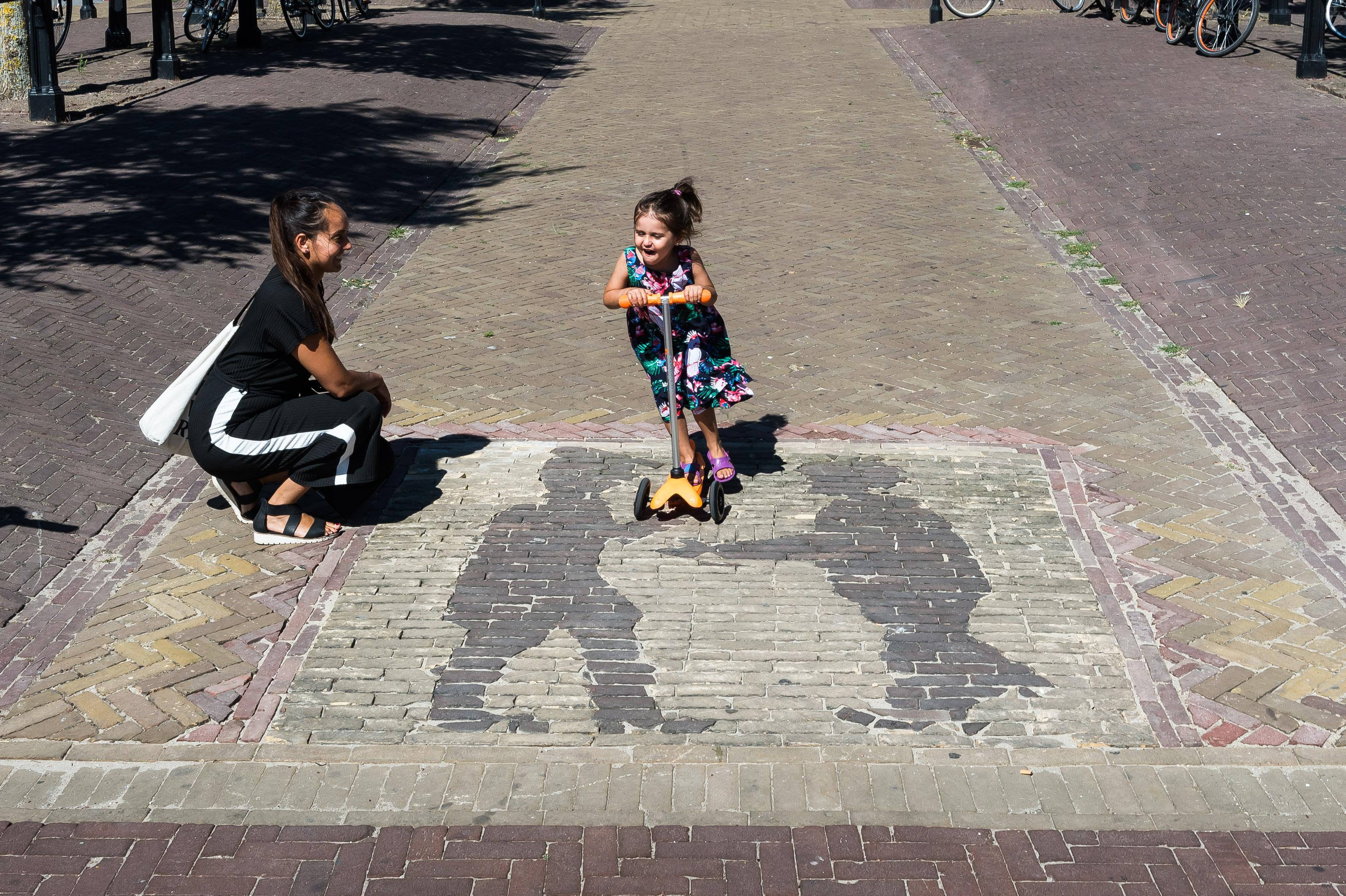 De 4-jarige Nila Huigen zal het een zorg zijn hoe er vroeger gehandeld werd. Zij stept met veel plezier over het patroon. (Foto: Han Giskes)