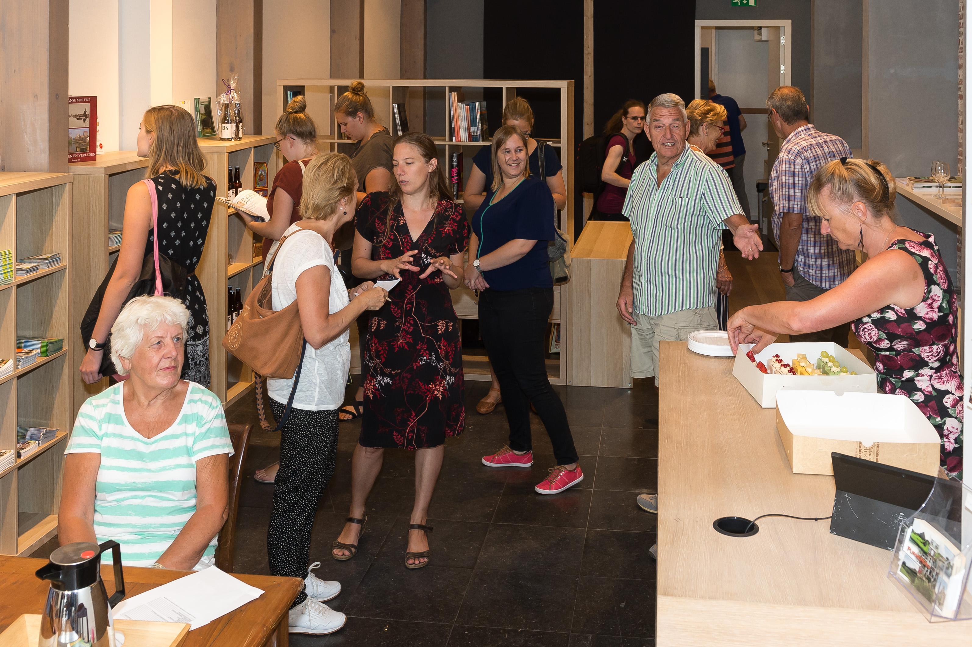 Na de opening door wethouder Harry Rotgans wist het publiek de gecombineerde VVV/museumwinkel al direct te vinden. (Foto: Han Giskes)